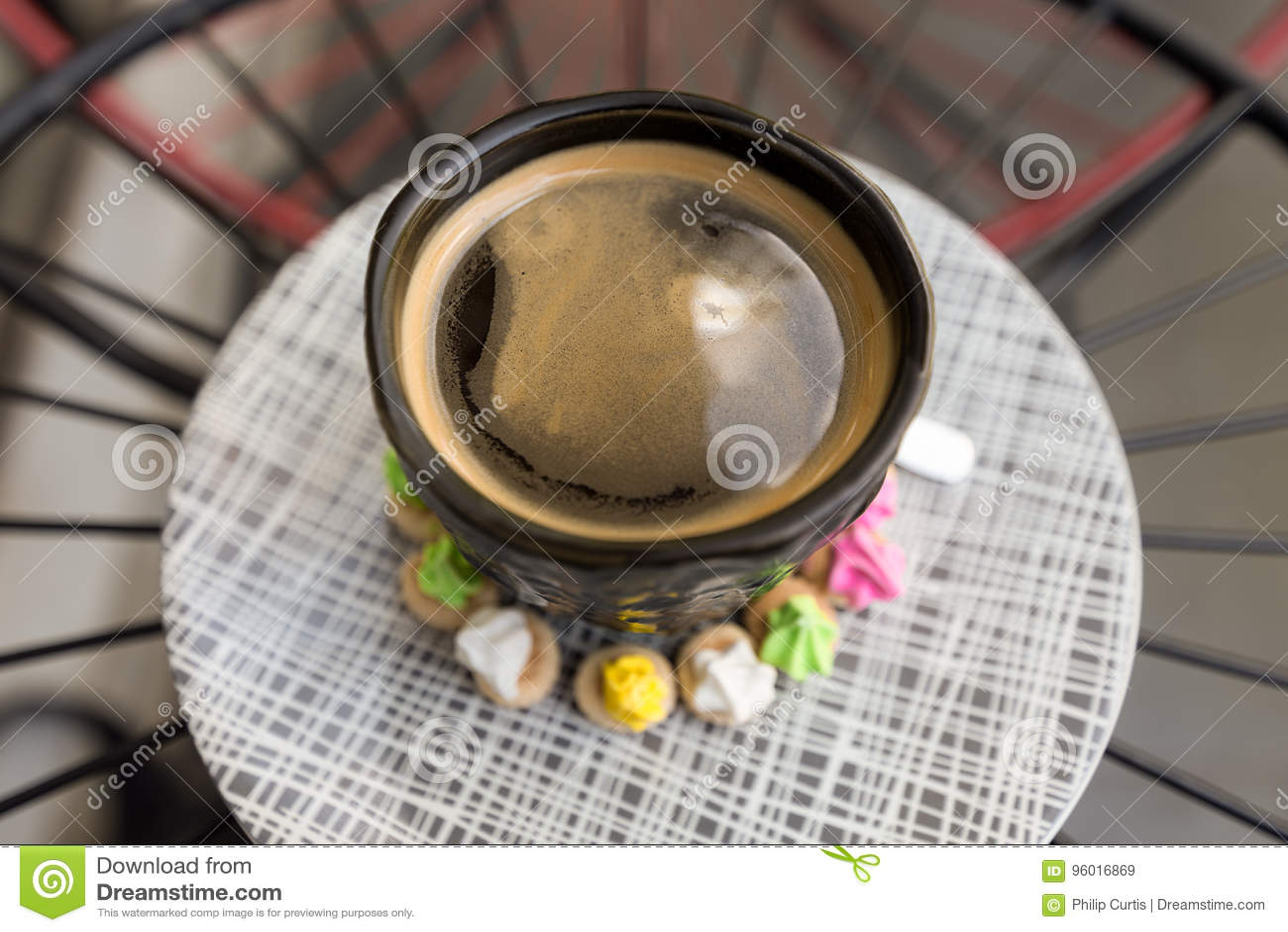 Hete Americano-koffie met cremabovenkant in een elegant zwart glas surr