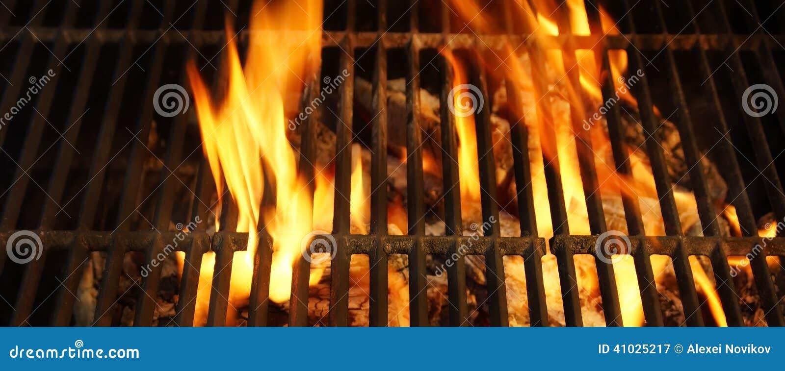 Hete BBQ Grill, Heldere Vlammen en Brandende Steenkolen