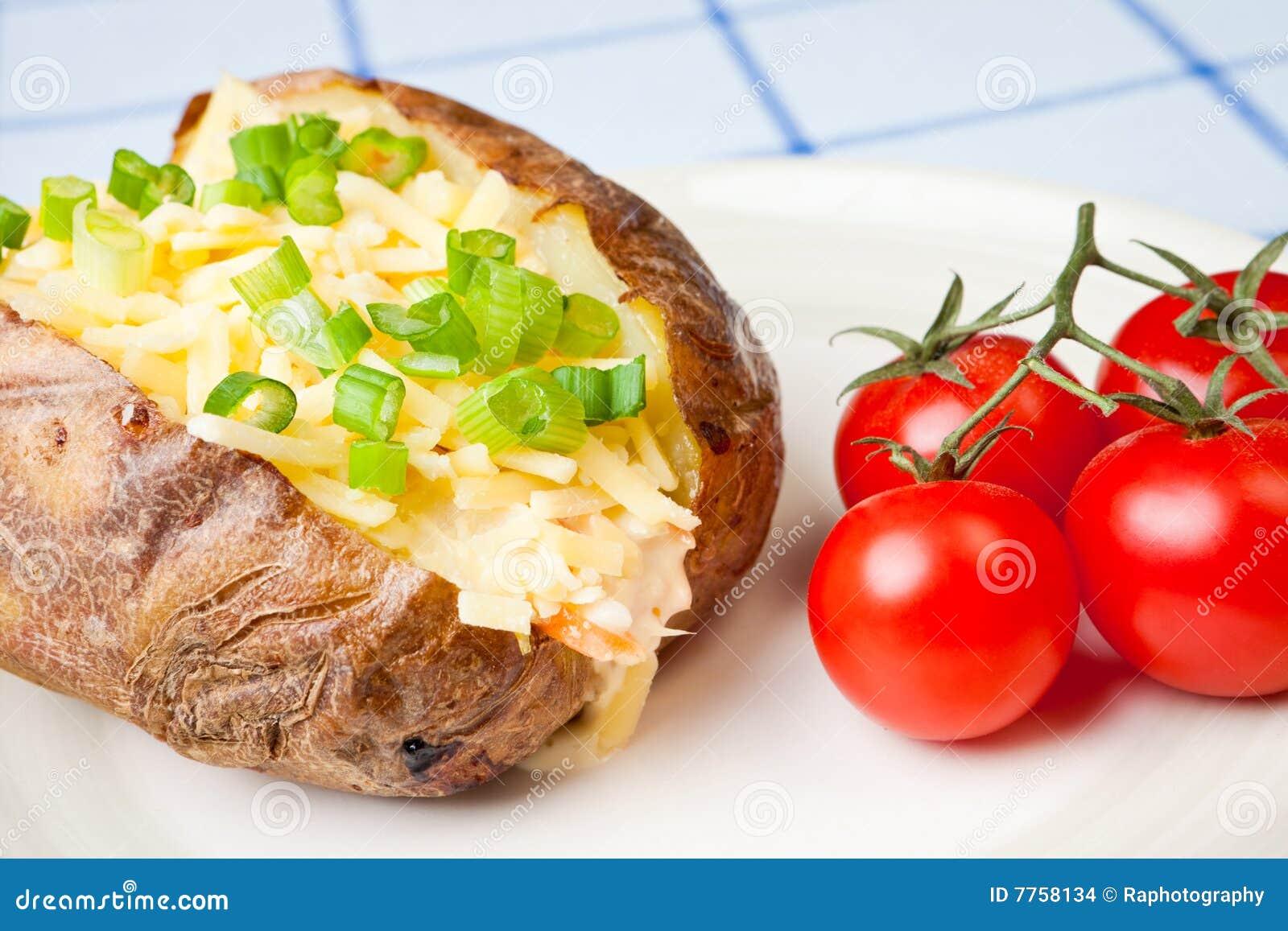 Hete en knapperige aardappel in de schil