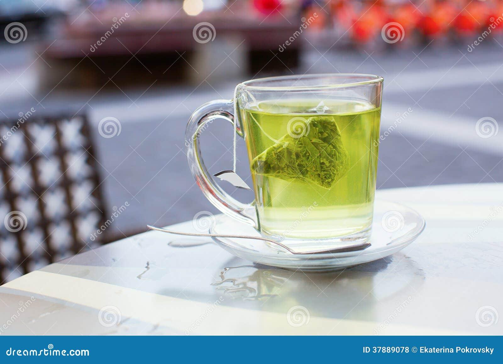 Hete groene thee in een koffie