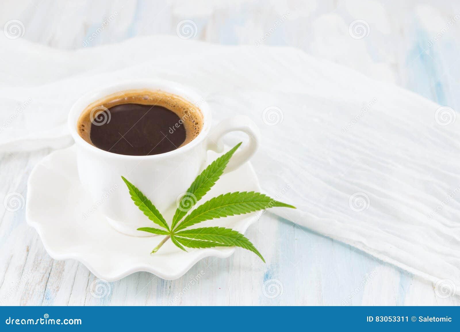 Hete koffie en marihuanabladeren