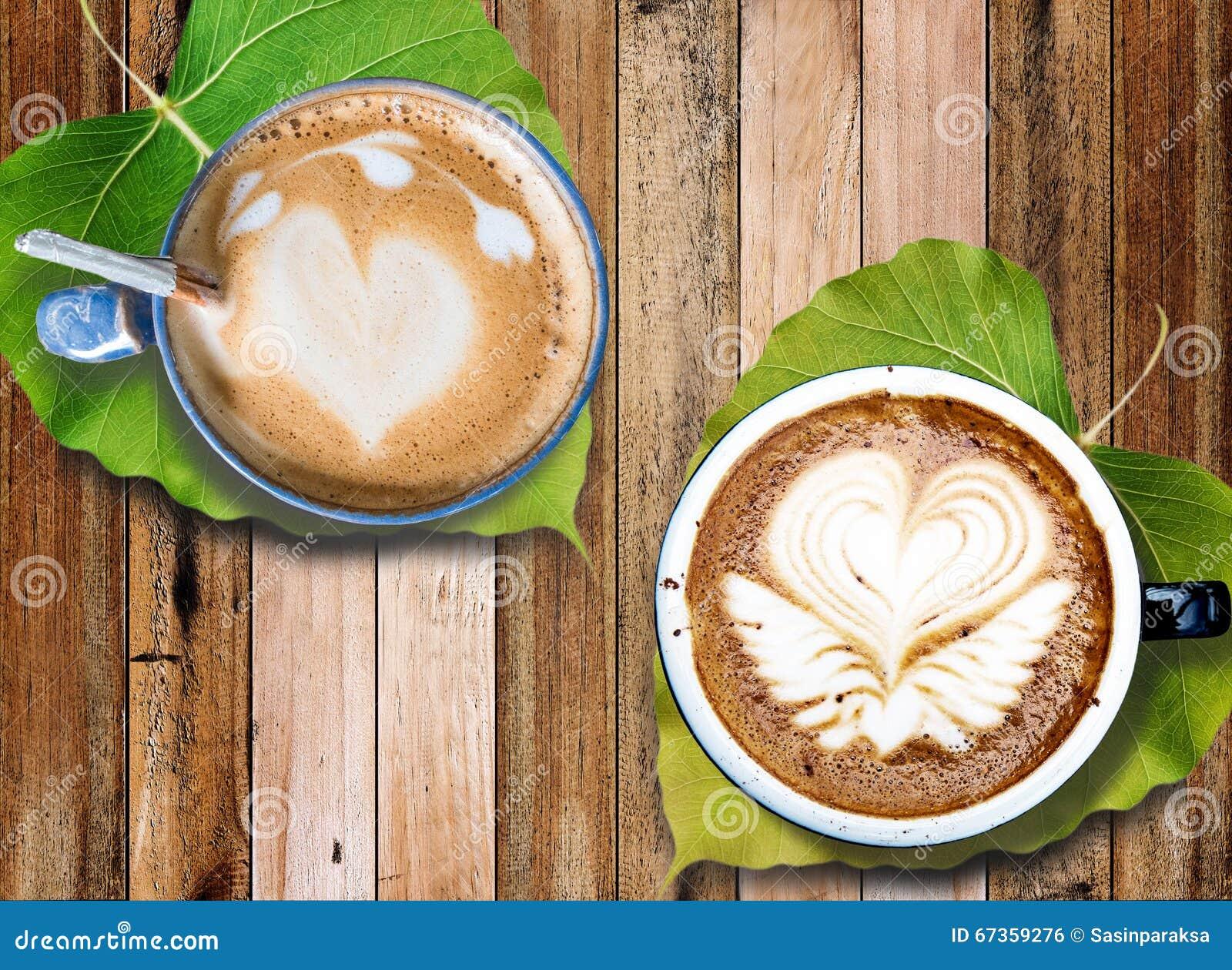 Hete koffie met de kunst van het melkschuim met bladeren onder