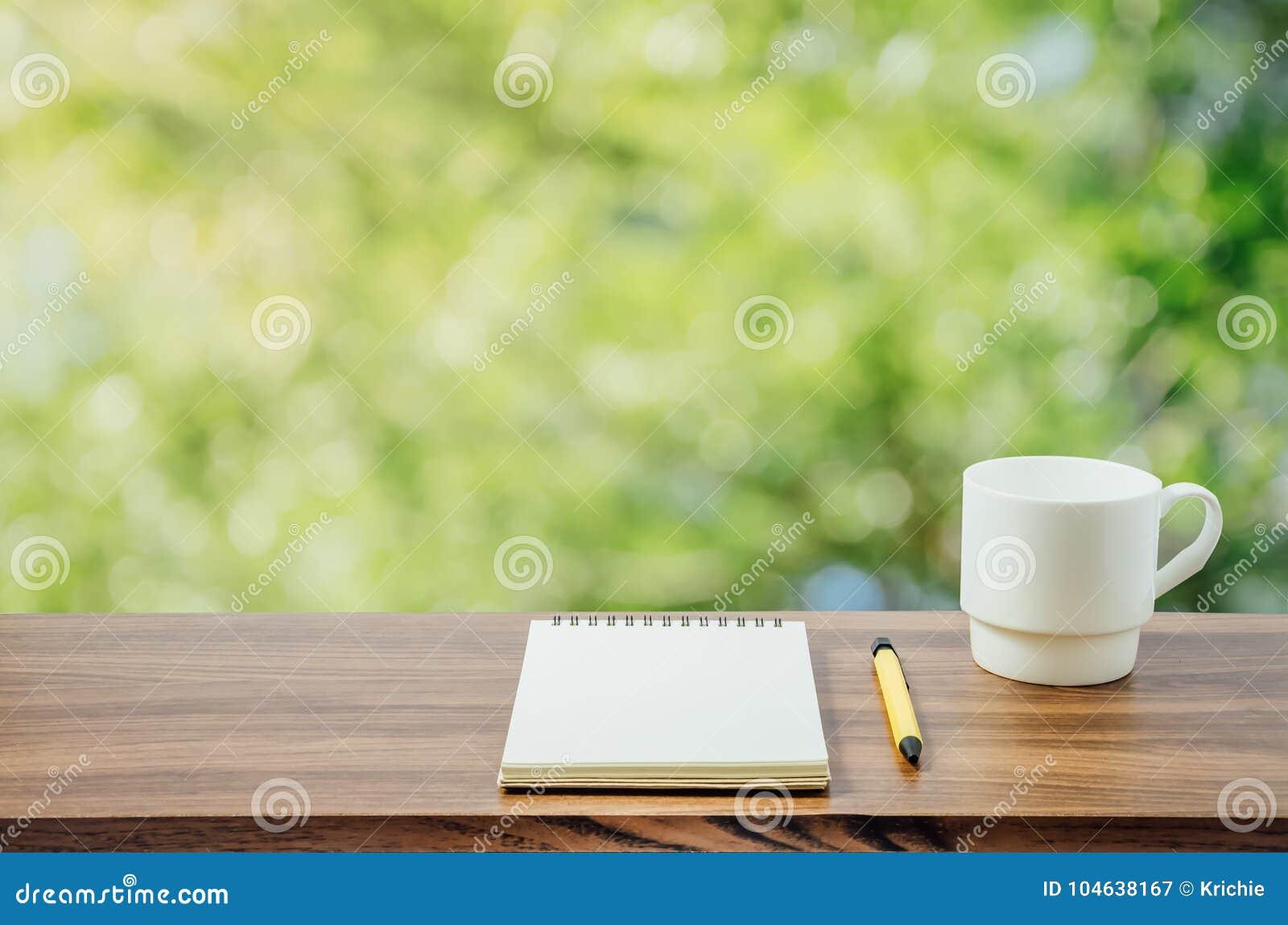 Download Hete Koffie, Notitieboekje En Pen Op Aardachtergrond Stock Afbeelding - Afbeelding bestaande uit blur, gebladerte: 104638167