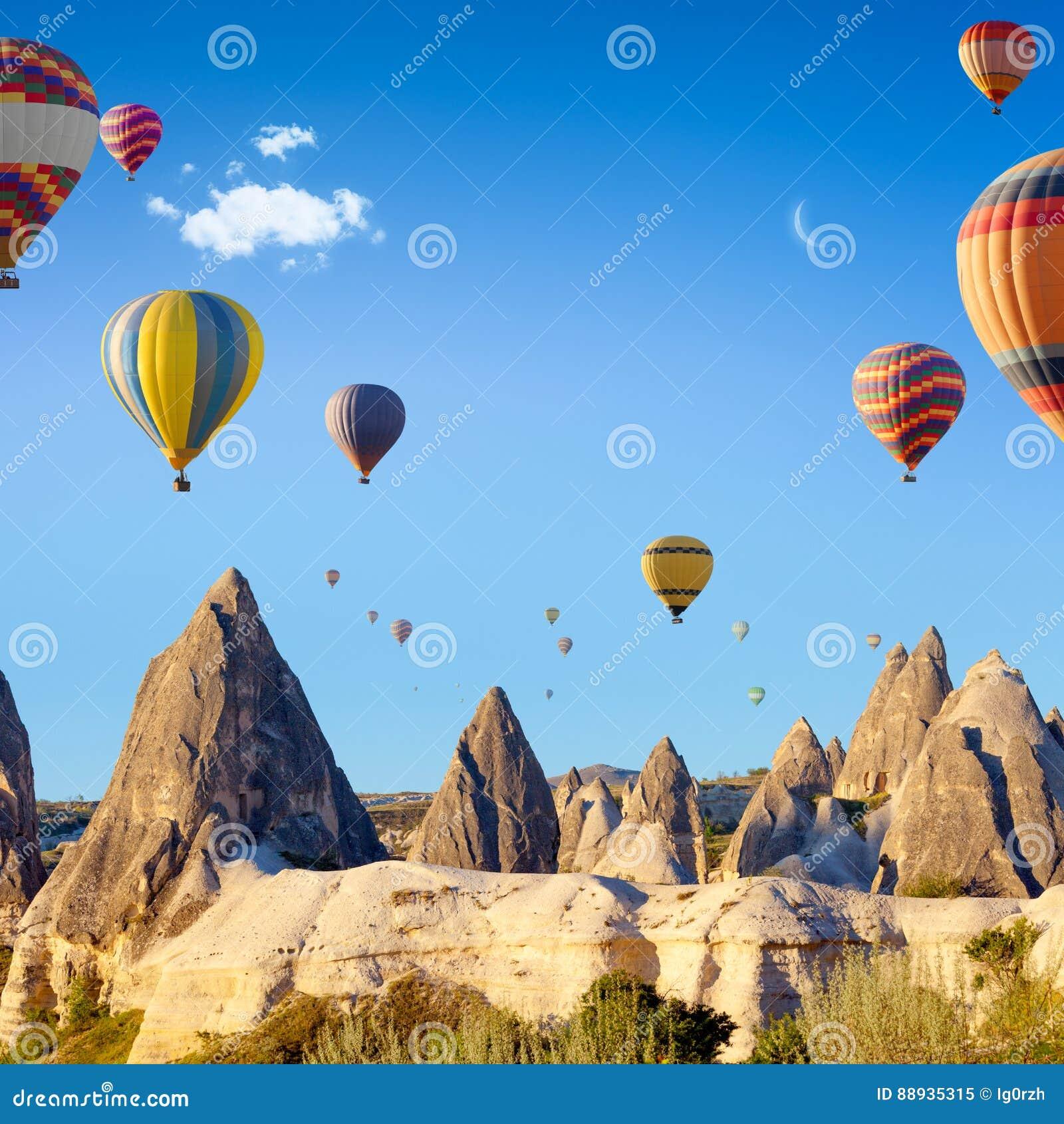 Hete lucht het ballooning dichtbij Goreme, Cappadocia, Turkije