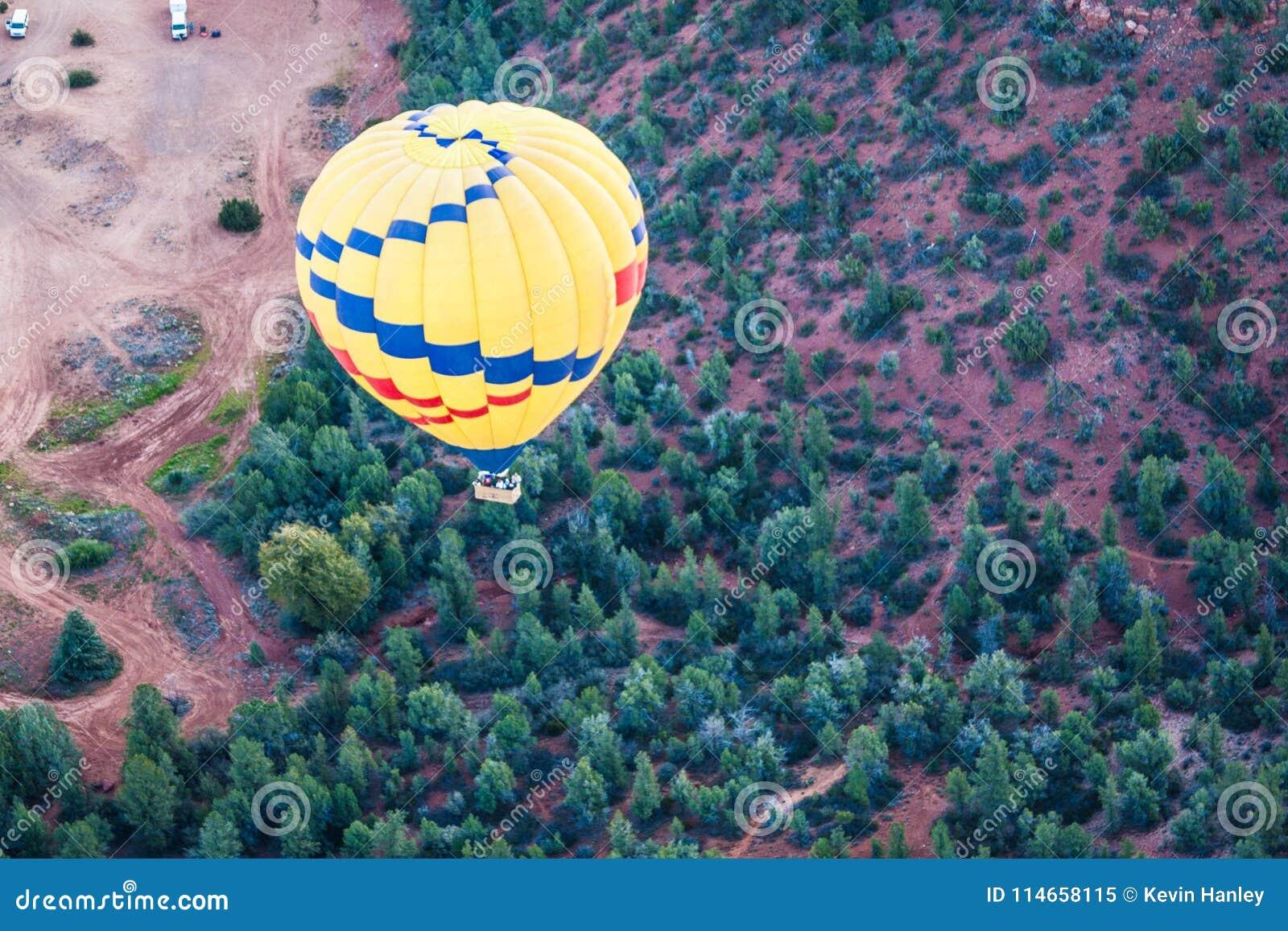 Hete lucht het ballooning over sedona Arizona