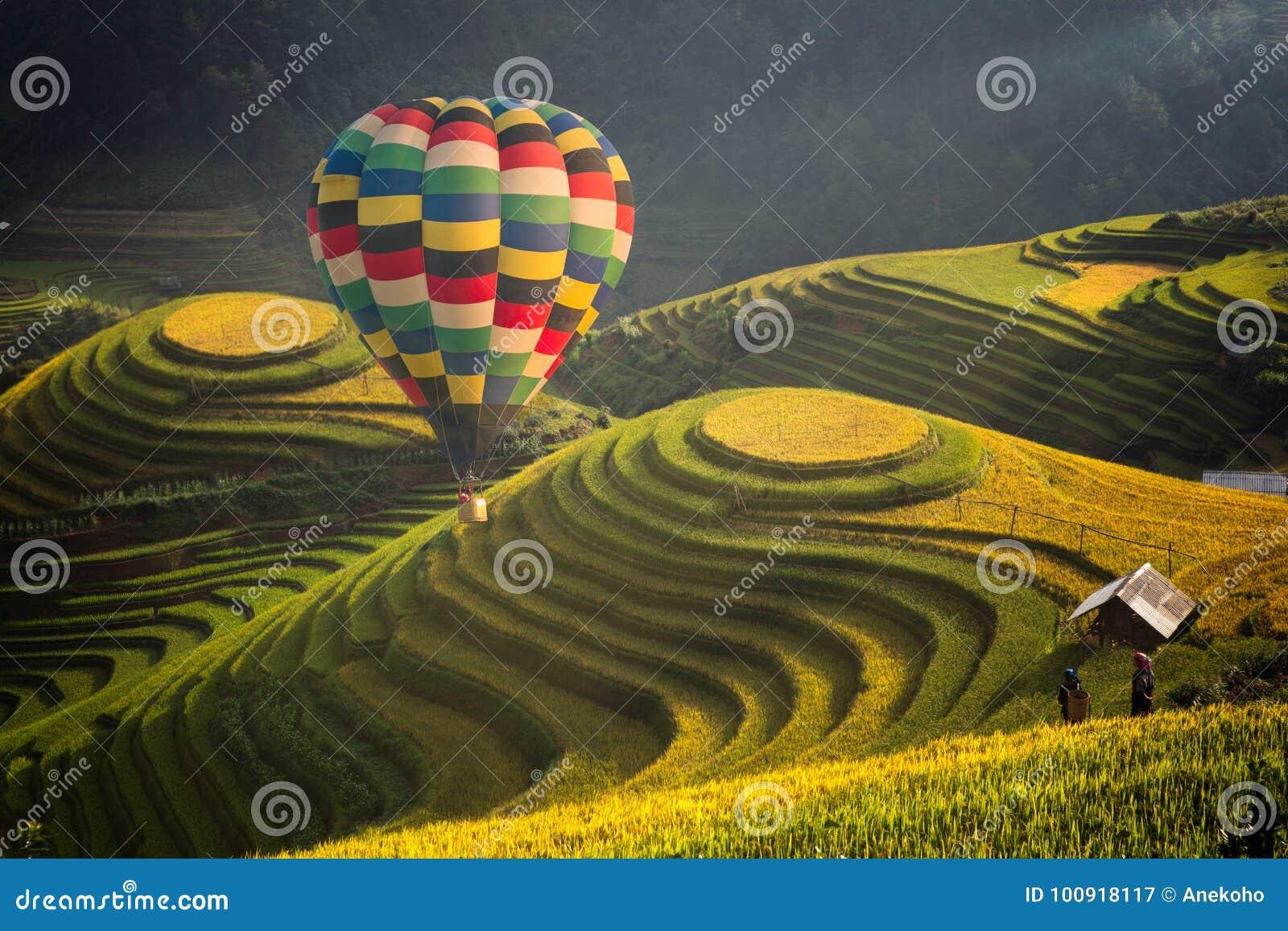 Hete luchtballon over padieveld in Mu cang chai
