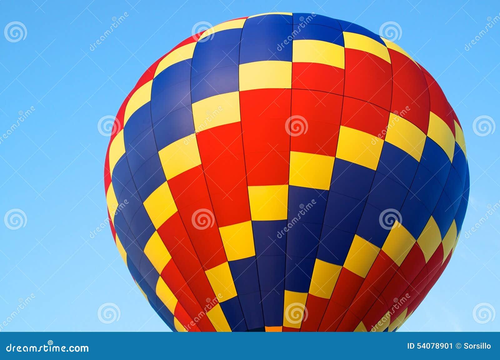 Hete luchtballon van primaire kleuren
