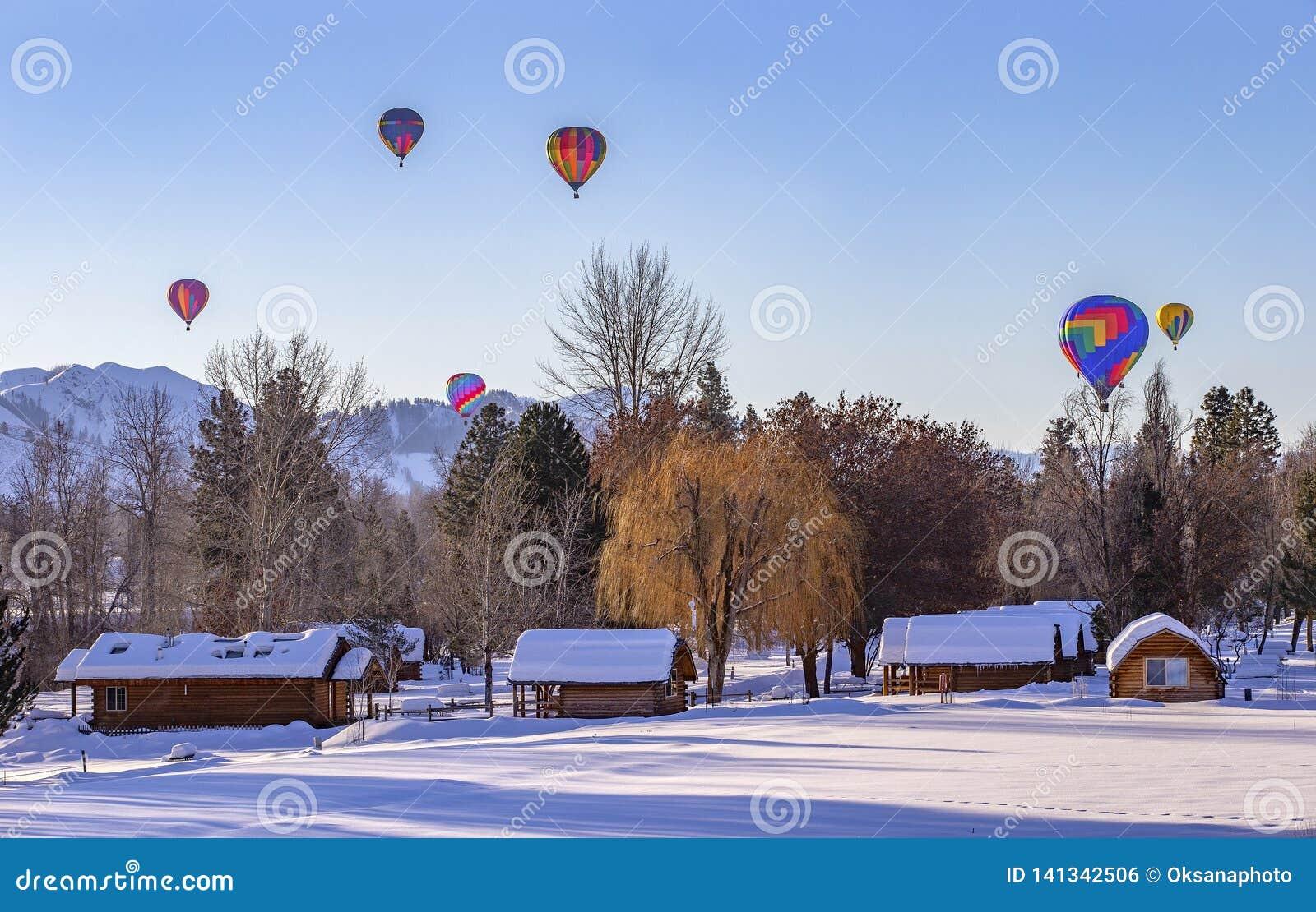 Hete luchtballons in de sneeuw