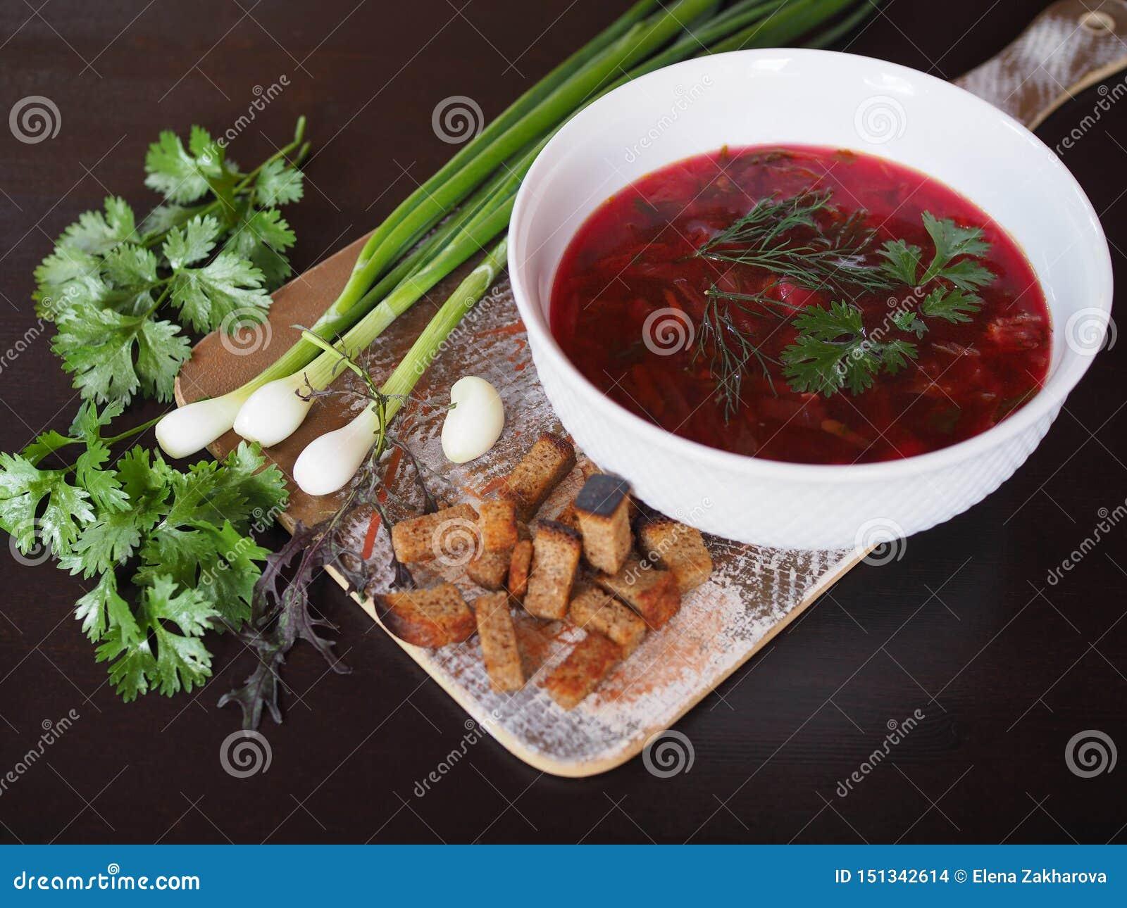 Hete soepborsjt met groen uien en knoflook