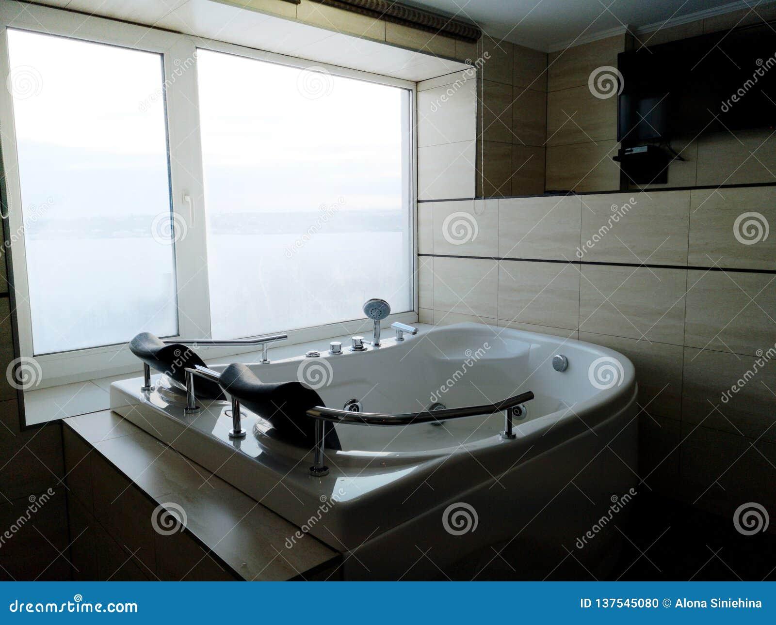 Hete ton in de hotelruimte Mooie mening, ontspanning en ontspanning Foto door de bezinning van de spiegel