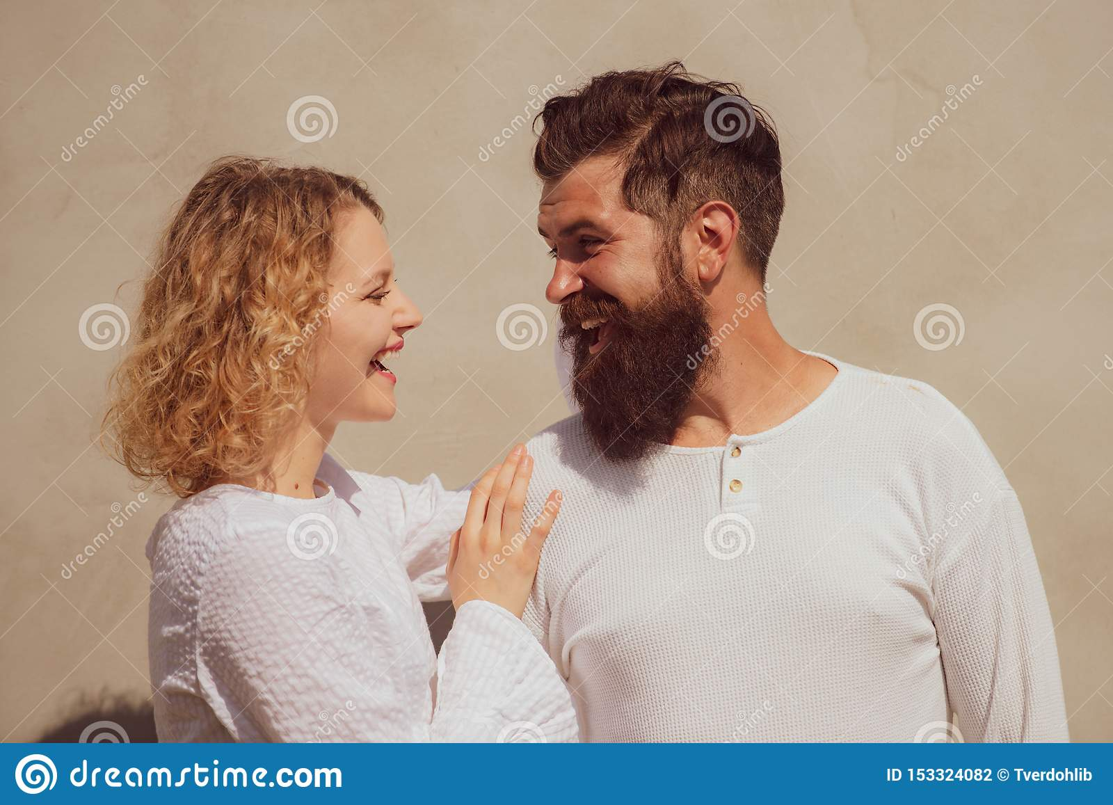 Hete vrouw die in vervoering jammeren die de mens omhelzen Het genieten van van teder warm prettig ogenblik van liefde Verleiding