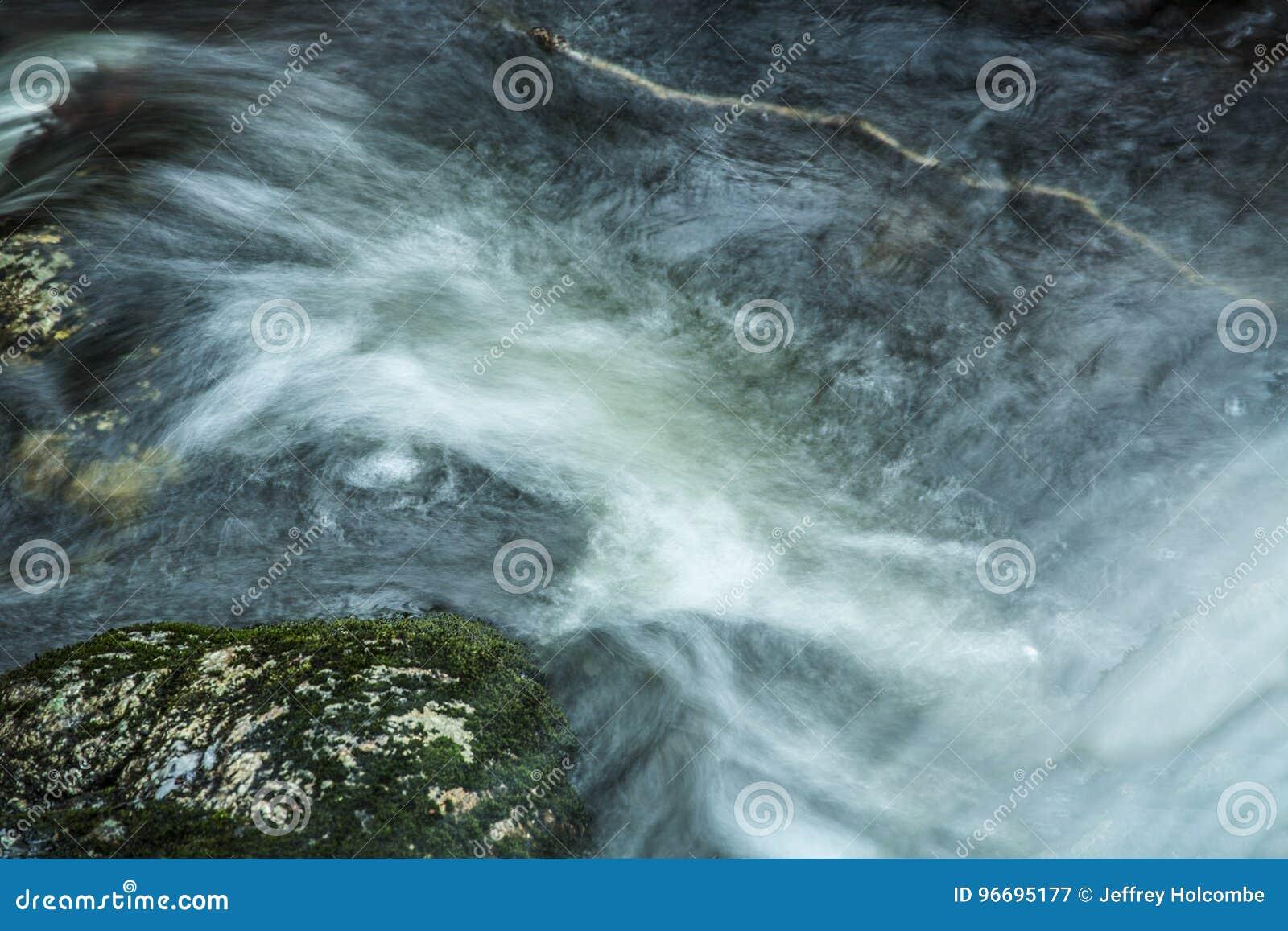Hetzendes Wasser an der Basis von Tischler ` s fällt in Granby, Connecticu