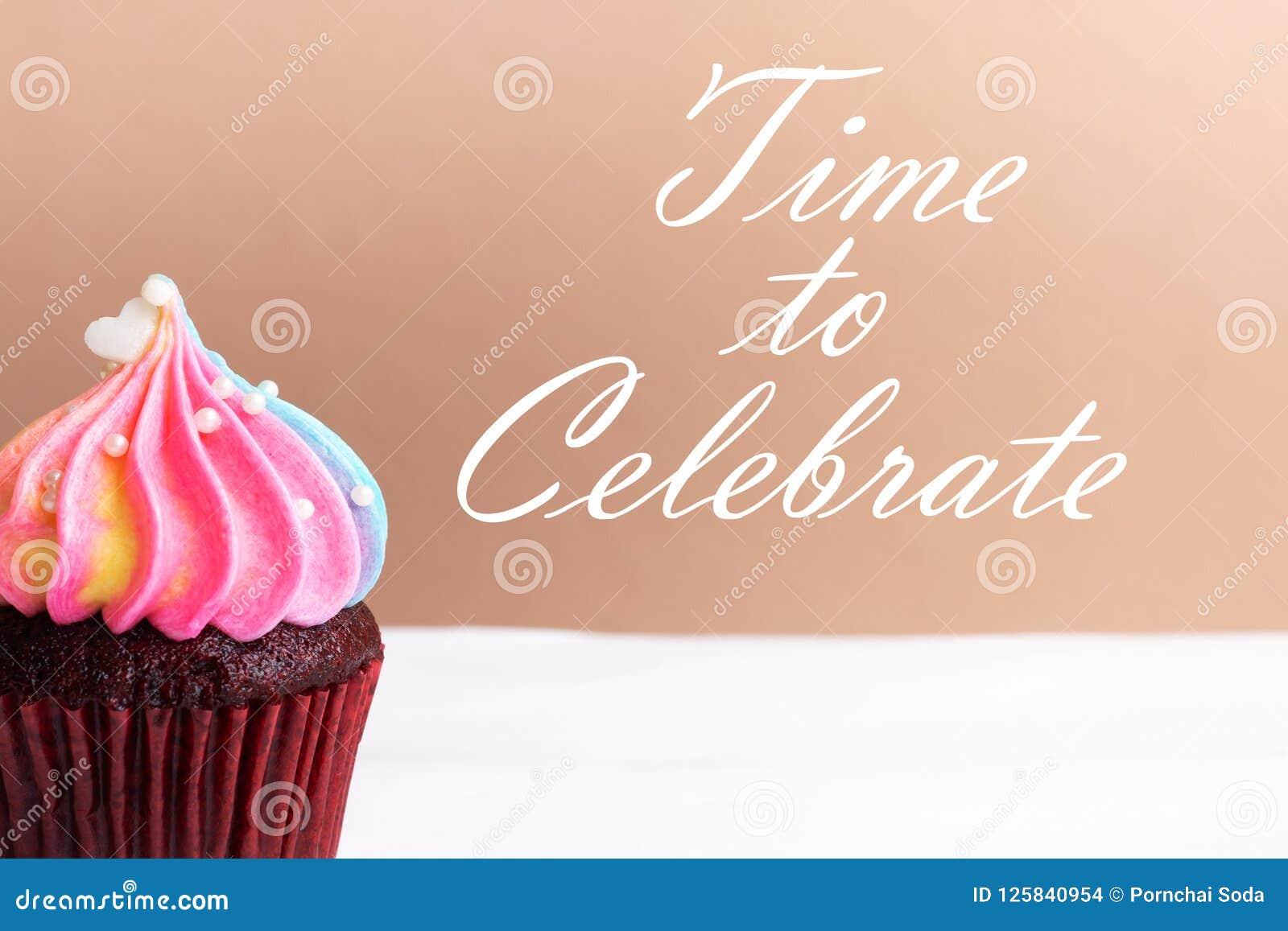 Heure de célébrer, petit coeur blanc mignon sur le petit gâteau de crème d arc-en-ciel, concept doux de dessert, fin