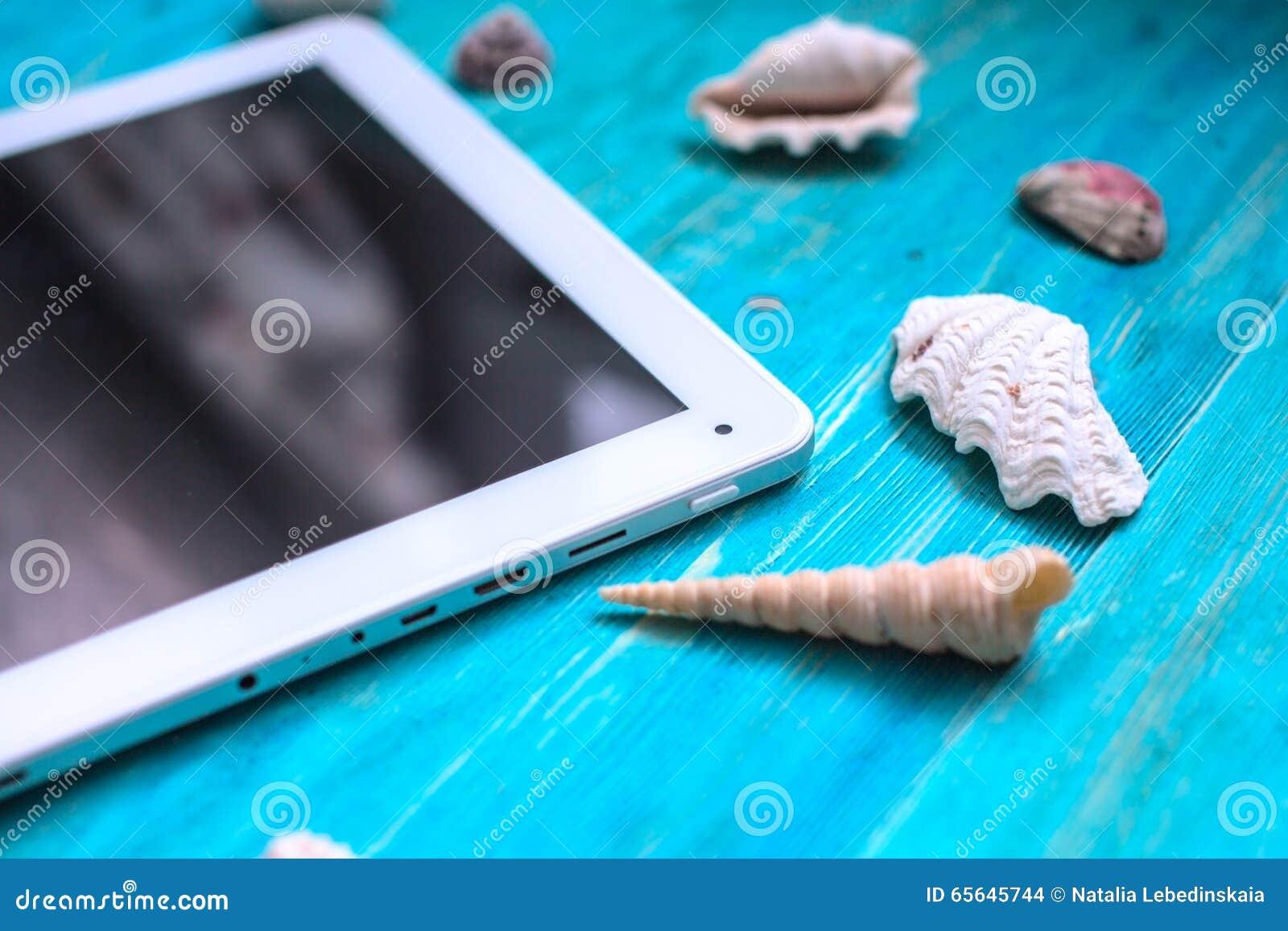 Heure de se reposer, marquer sur tablette, coquillages, fond en bois bleu,