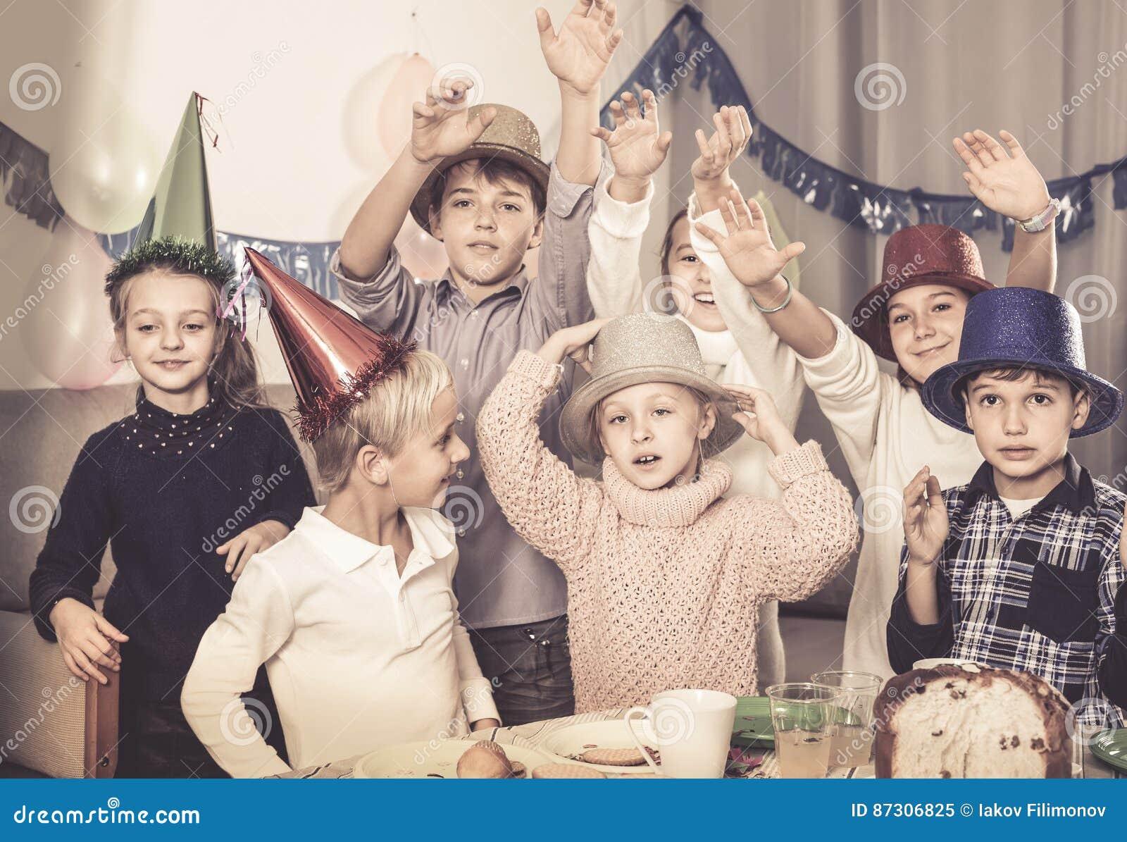 Heureux enfants profitant d un agréable moment à une fête d anniversaire