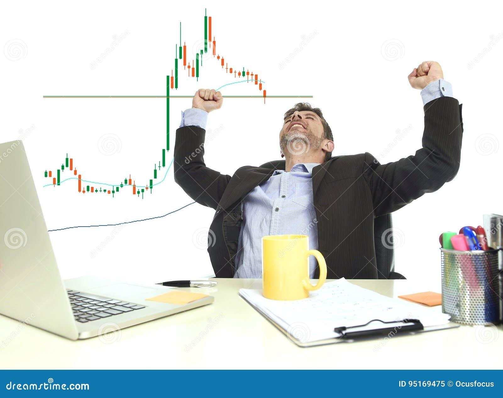 Heureux fous d homme d affaires après gain des forex ou des actions commercent à la célébration de bureau d ordinateur de bureau