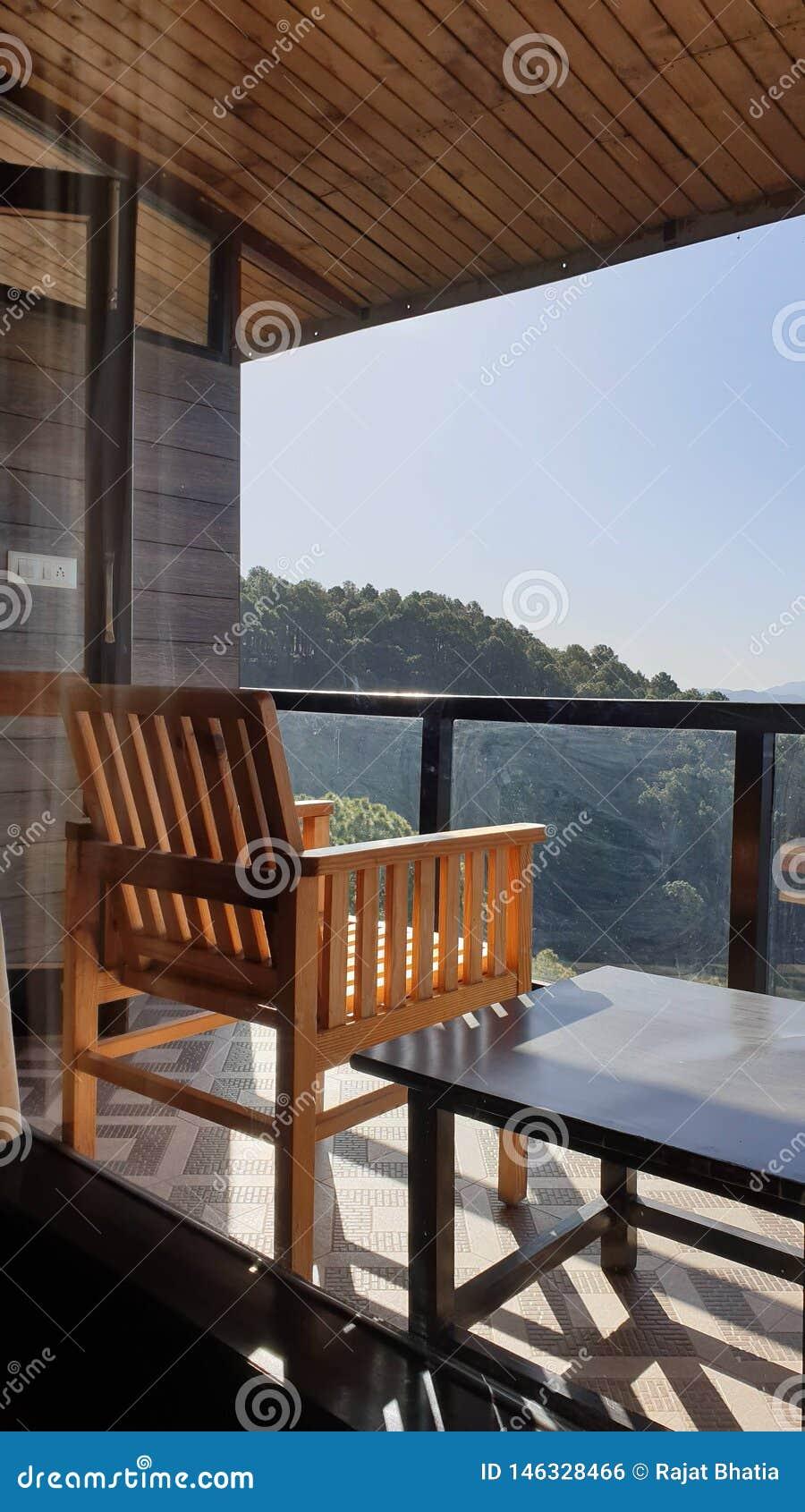 Heuvelmening van een balkon met nog stoel