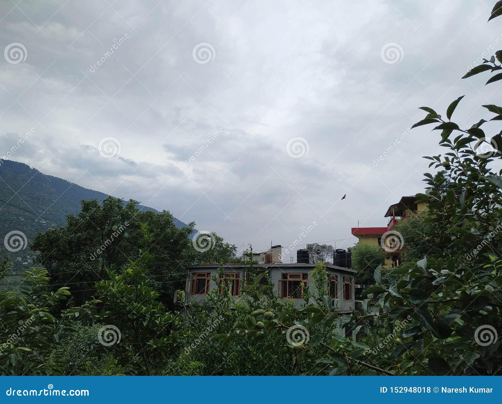 Heuvels, bewolkt weer en de huizen van het mooie kleine dorp