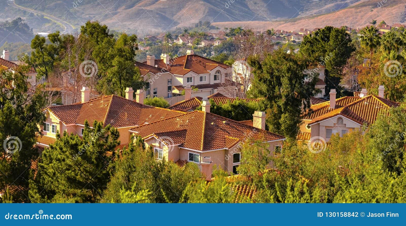 Heuvels en huizen amid bomen in San Clemente CA