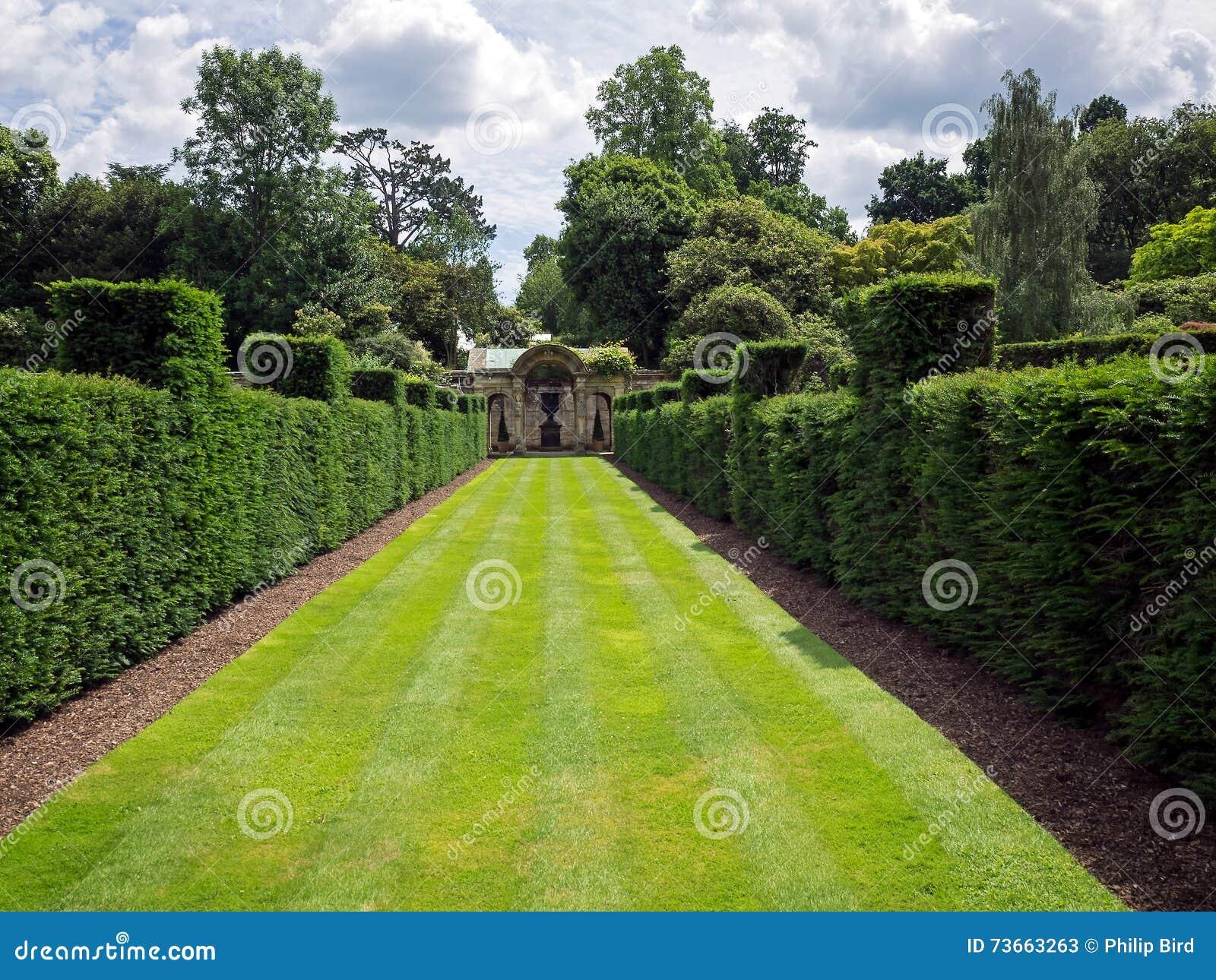 HEVER KENT/UK - JUNI 28: Sikt av trädgården på den Hever slotten på