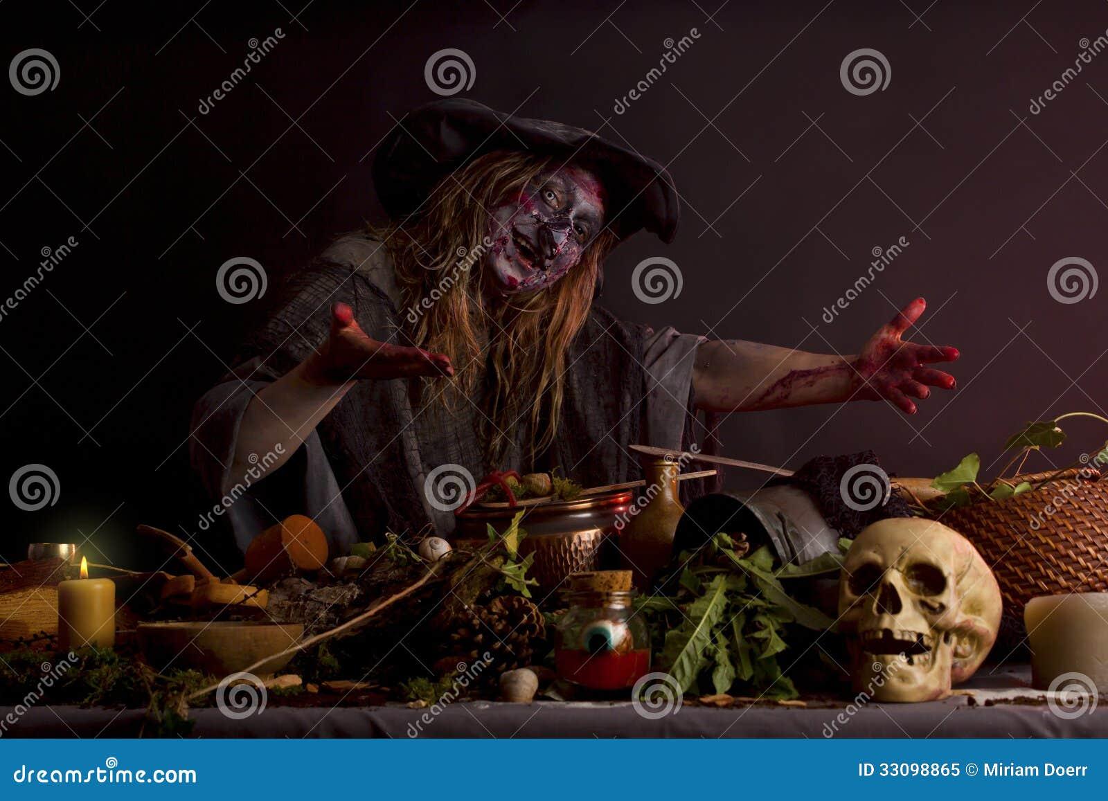hexe zeigt ihre hexenküche lizenzfreies stockfoto - bild: 33098865