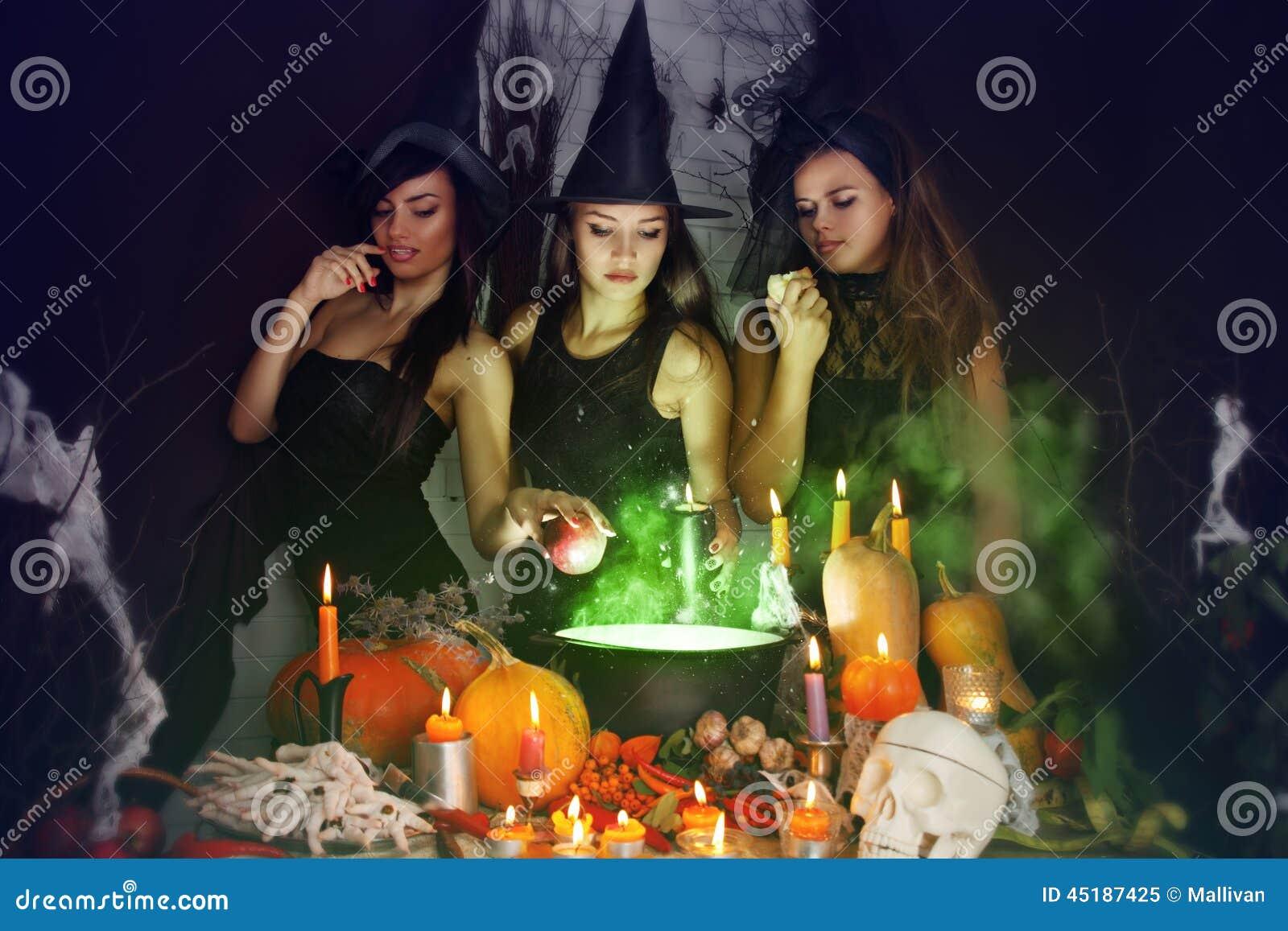 Hexen brauen den Trank stockbild. Bild von beschwörung - 45187425