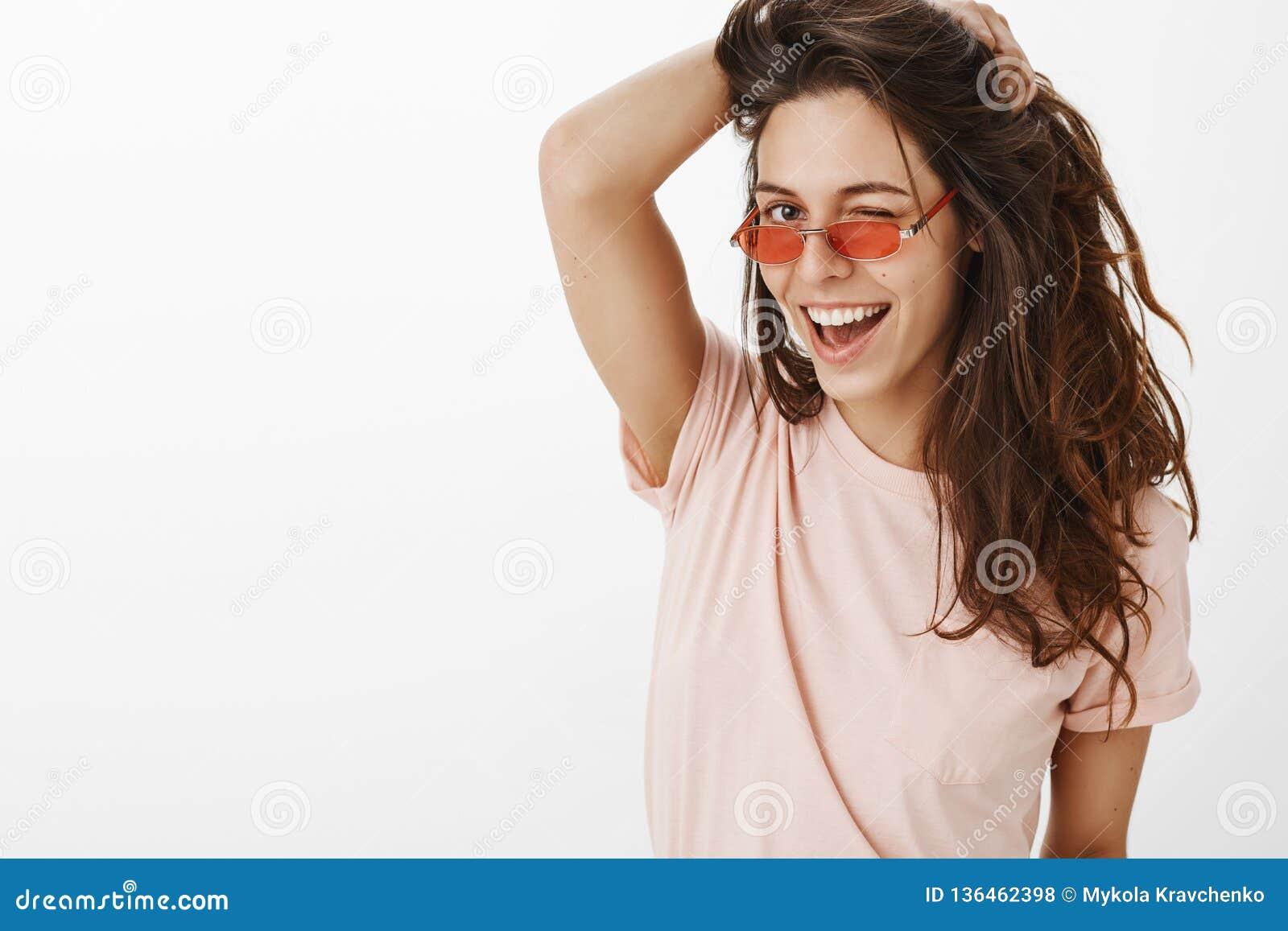 Hey bello Ritratto giovane della femmina caucasica alla moda sensuale ed allegra sicura che gioca con bello naturale