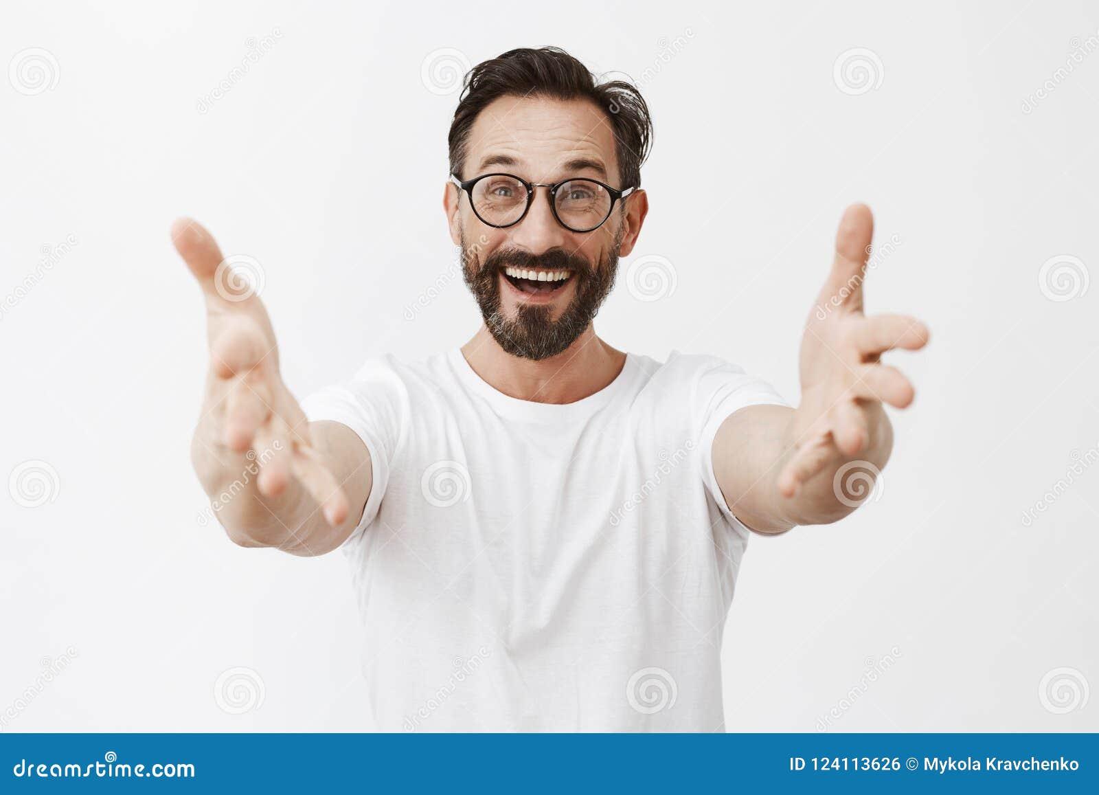Hey os muitos tempos nenhuns consideram Velho amigo feliz e alegre de Surpirsed nos vidros com a barba e o bigode, puxando as mão