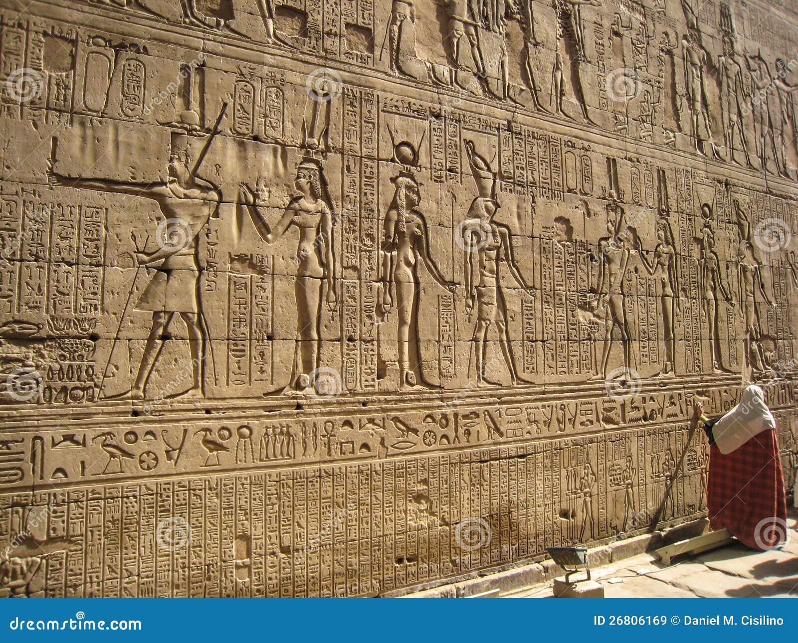Hi rogliefen op de muur van tempel van edfu egypte redactionele stock afbeelding afbeelding - Muur van de ingang ...