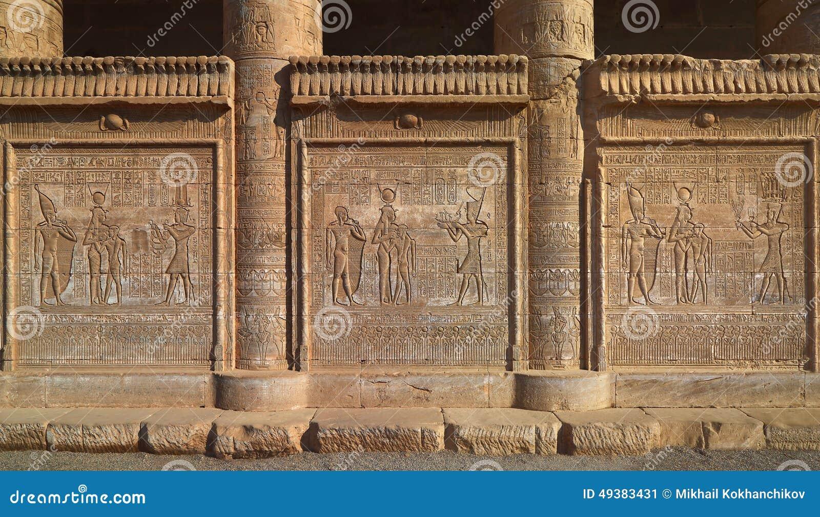 Hiëroglyfische gravures op de buitenmuren van een oude egypti