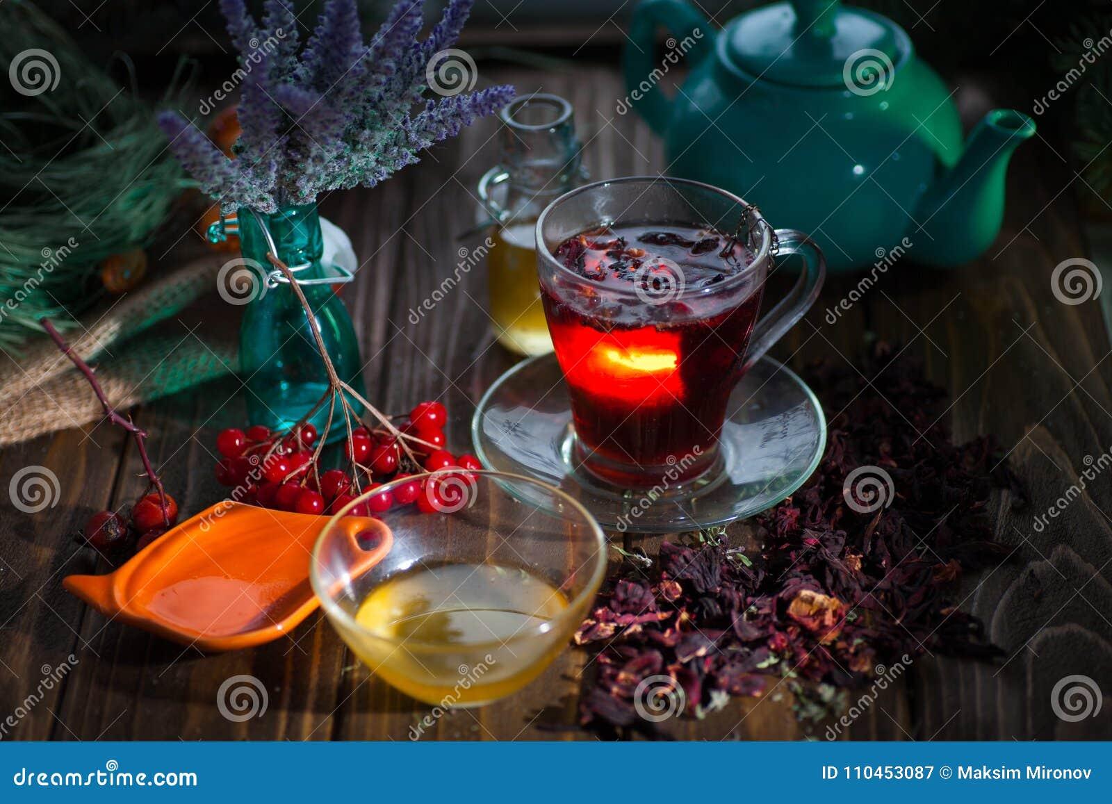 Hibiskuste i en glass kopp på en träbakgrund