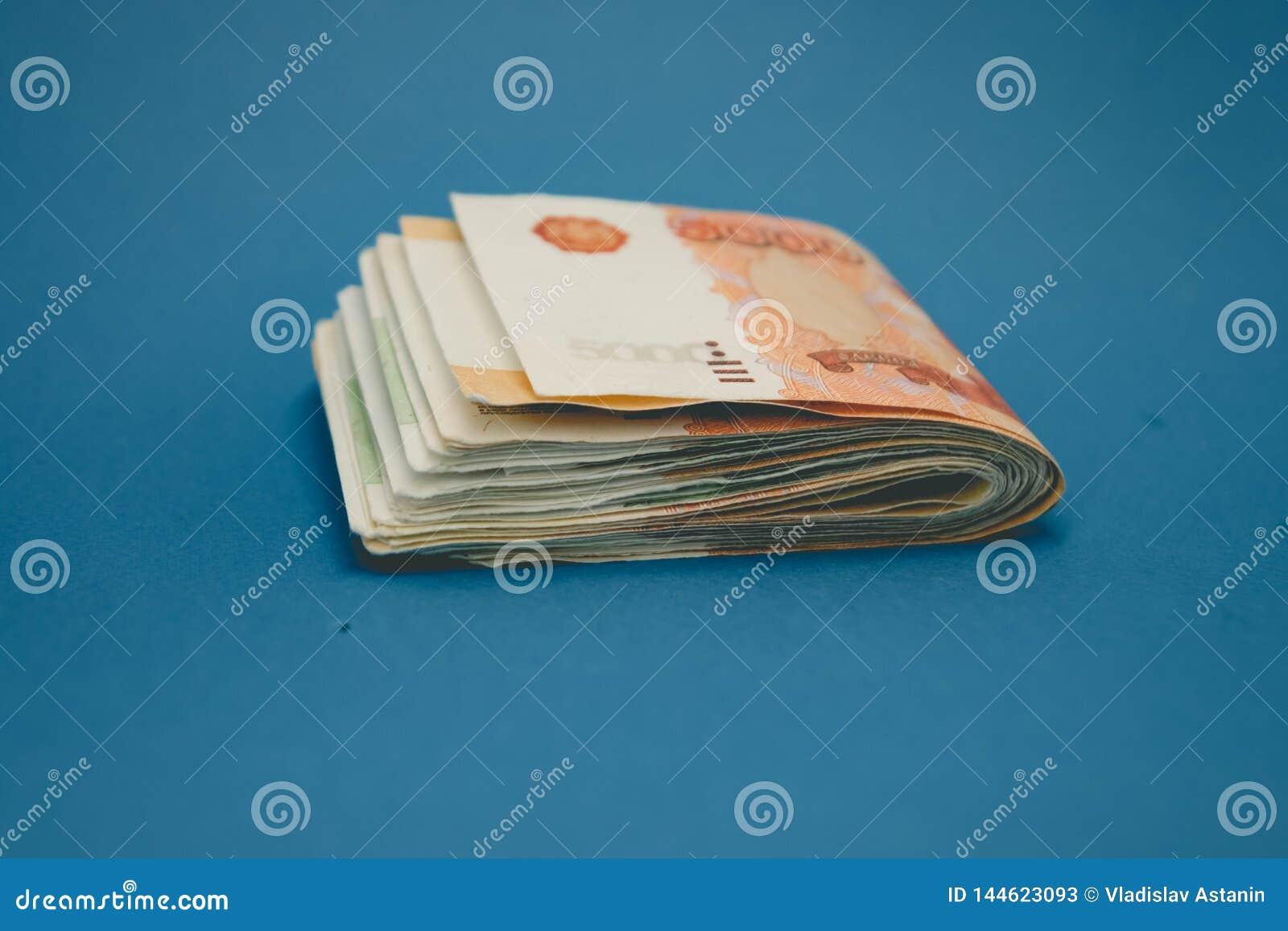Hick stapel van contant geldgeld Het concept rijken, rijkdom, winsten, zaken en financi?n Vijf duizendste rekeningenbankbiljetten