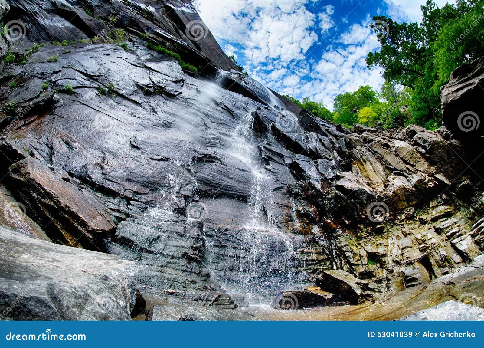 Hickory-Nuss fällt in Kamin-Felsen-Nationalpark Nord-Carolina Unit