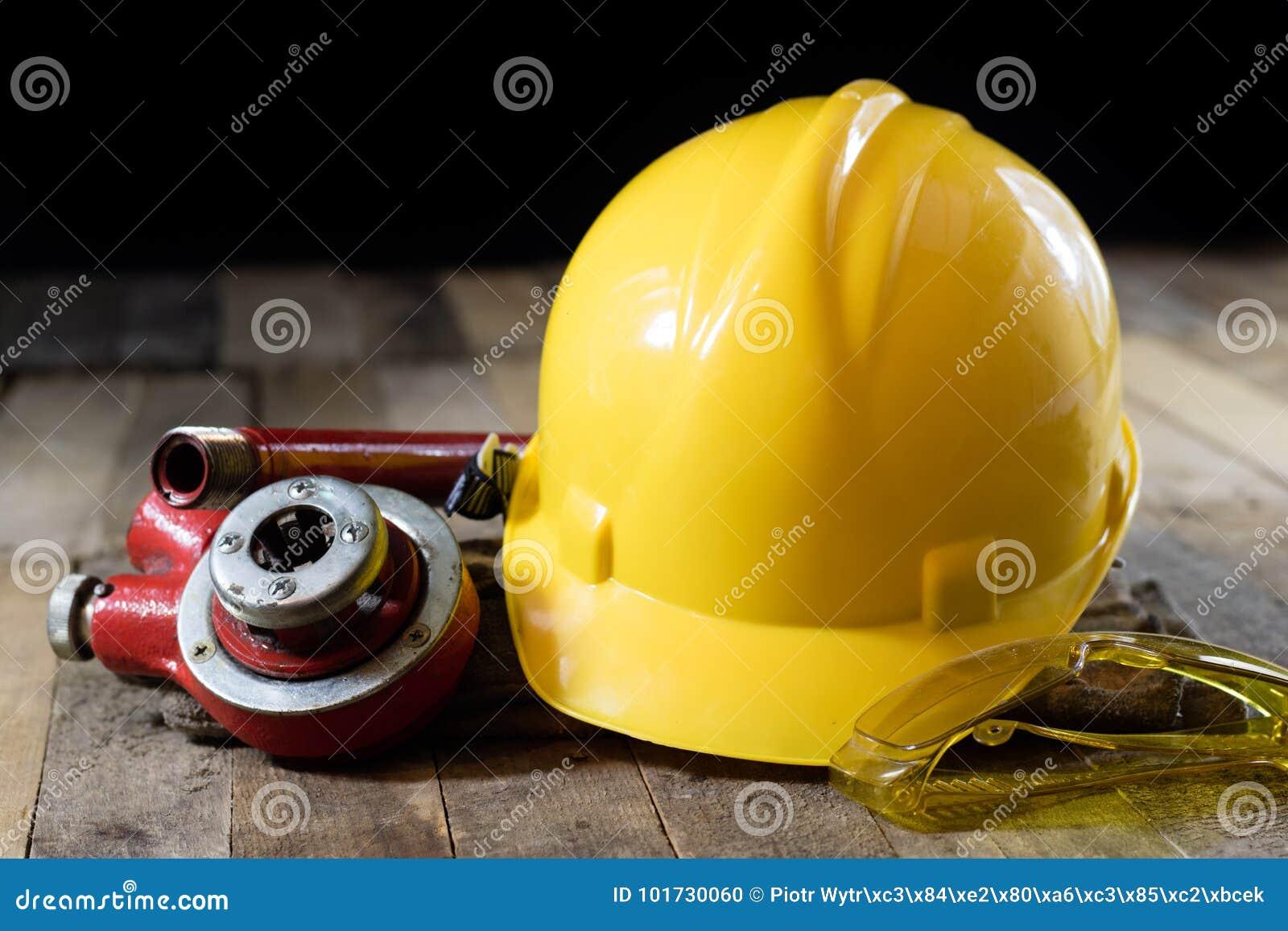 Hidráulica, ferramentas para o encanador na tabela de madeira A oficina, apresenta a