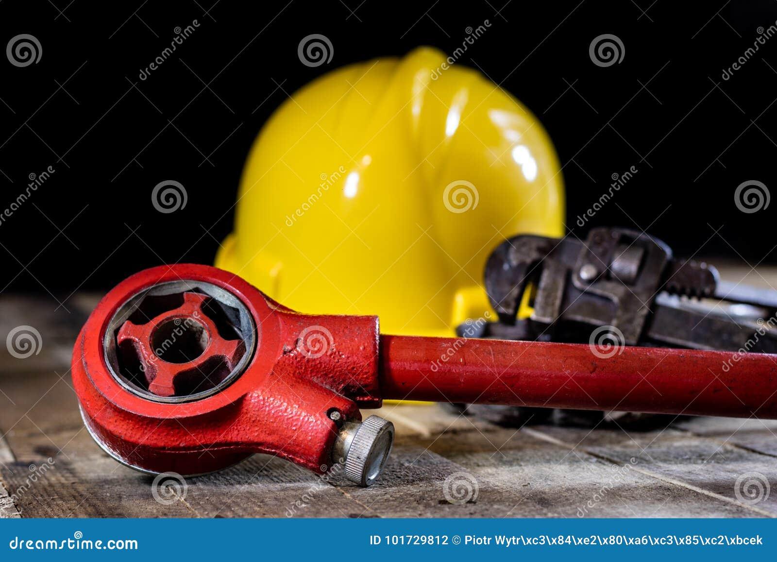 Hidráulica, herramientas para el fontanero en la tabla de madera El taller, presenta a