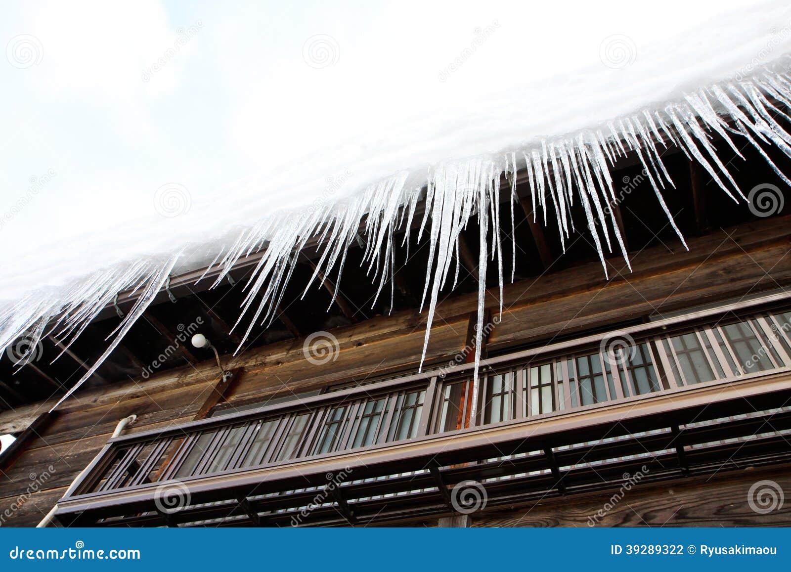 Hielo congelado en el tejado de la casa foto de archivo imagen 39289322 - La casa en el tejado ...