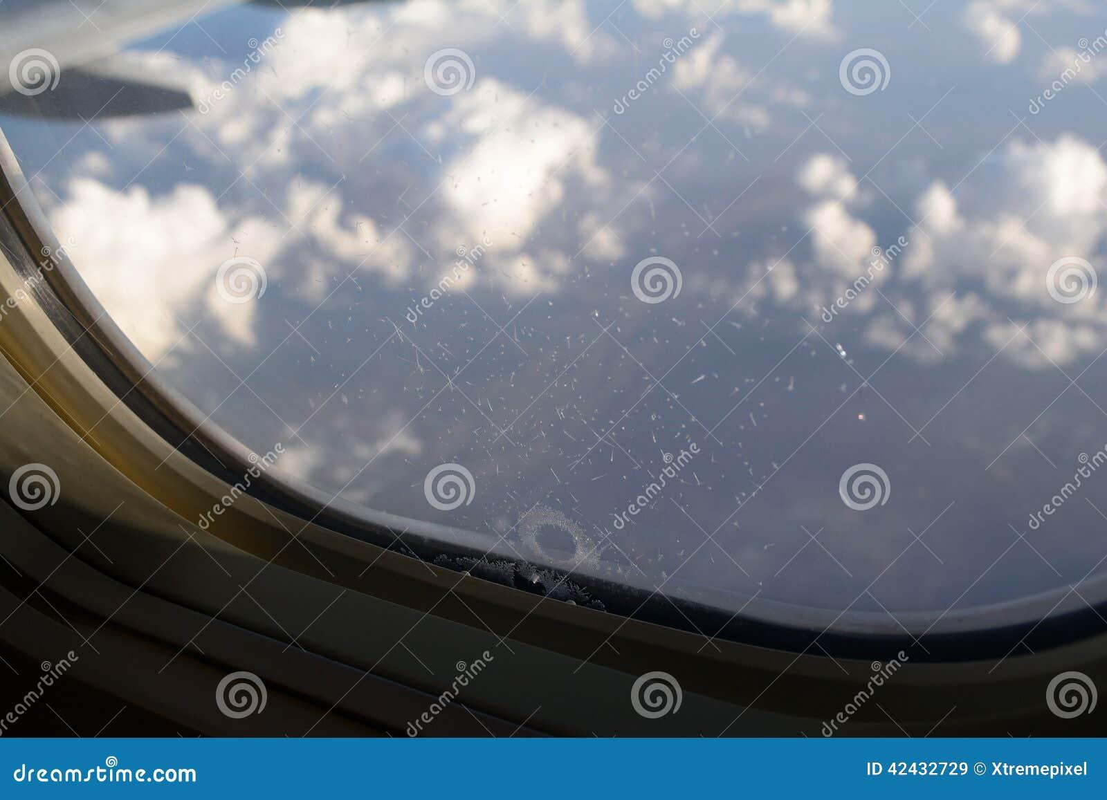 Hielo que forma en una ventana de los aviones