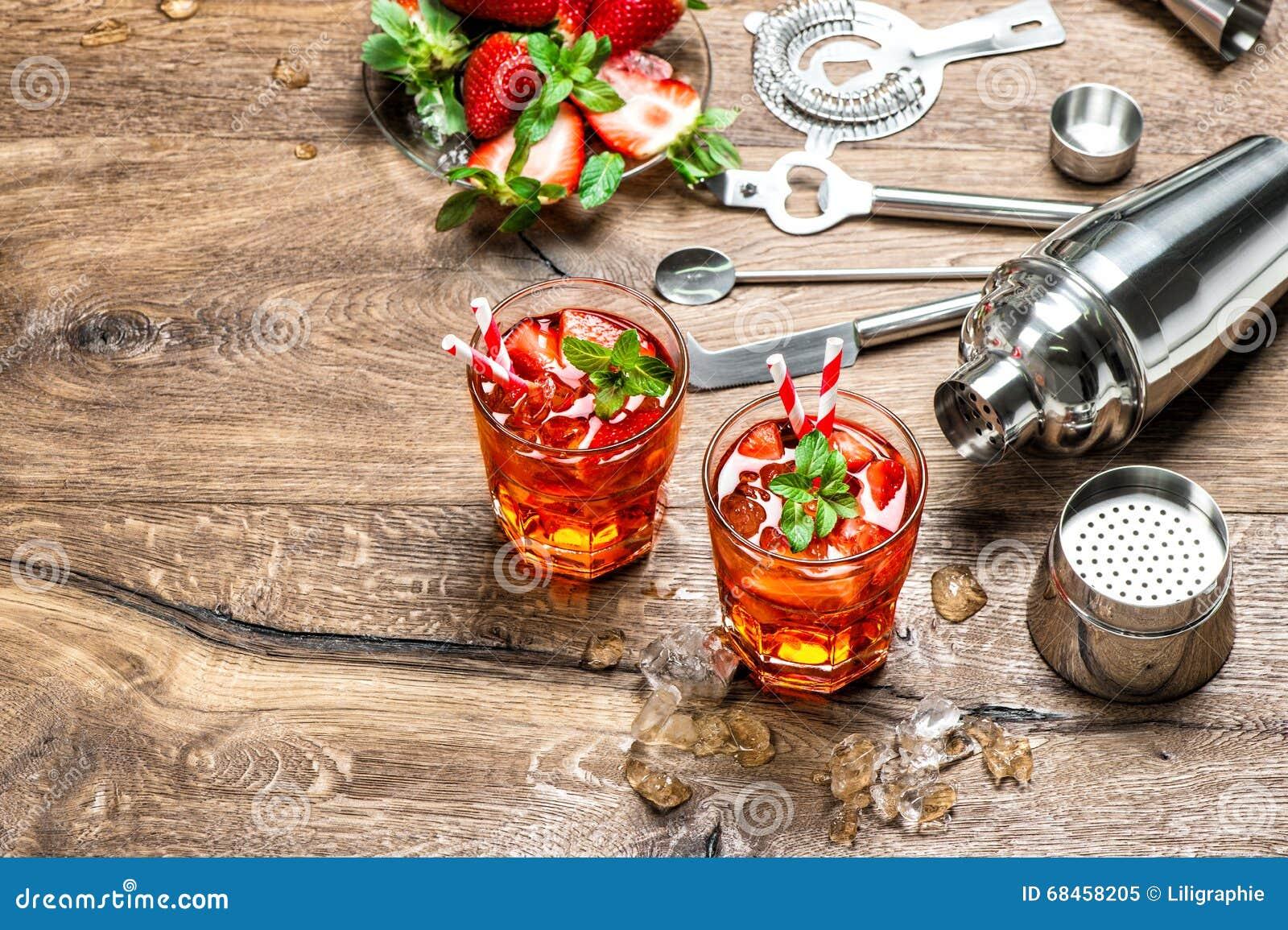 Hielo rojo de la bebida El cóctel que hace la barra equipa la coctelera