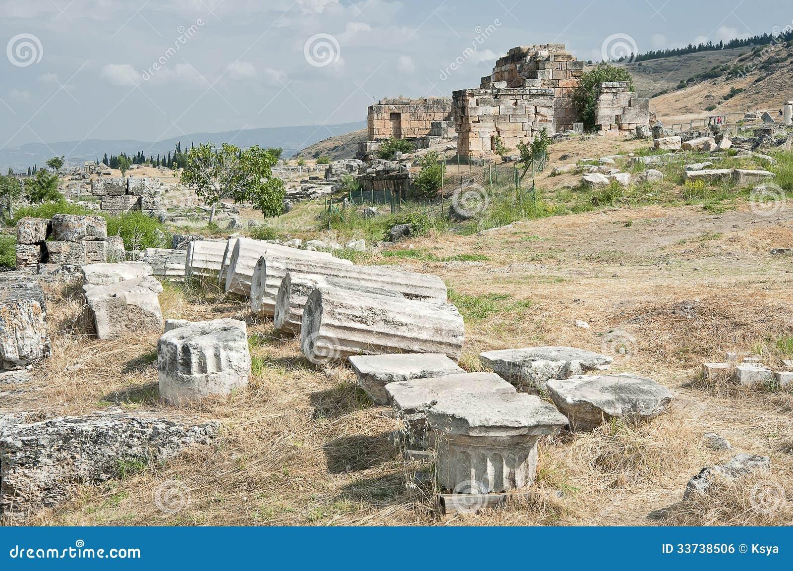 Руины акрополя Hierapolis в Pamukkale, Турции