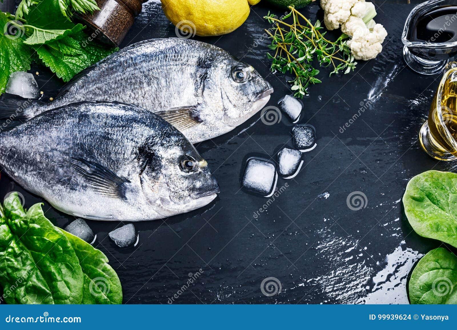 Hierba picante de la opinión superior del dorado de los pescados frescos