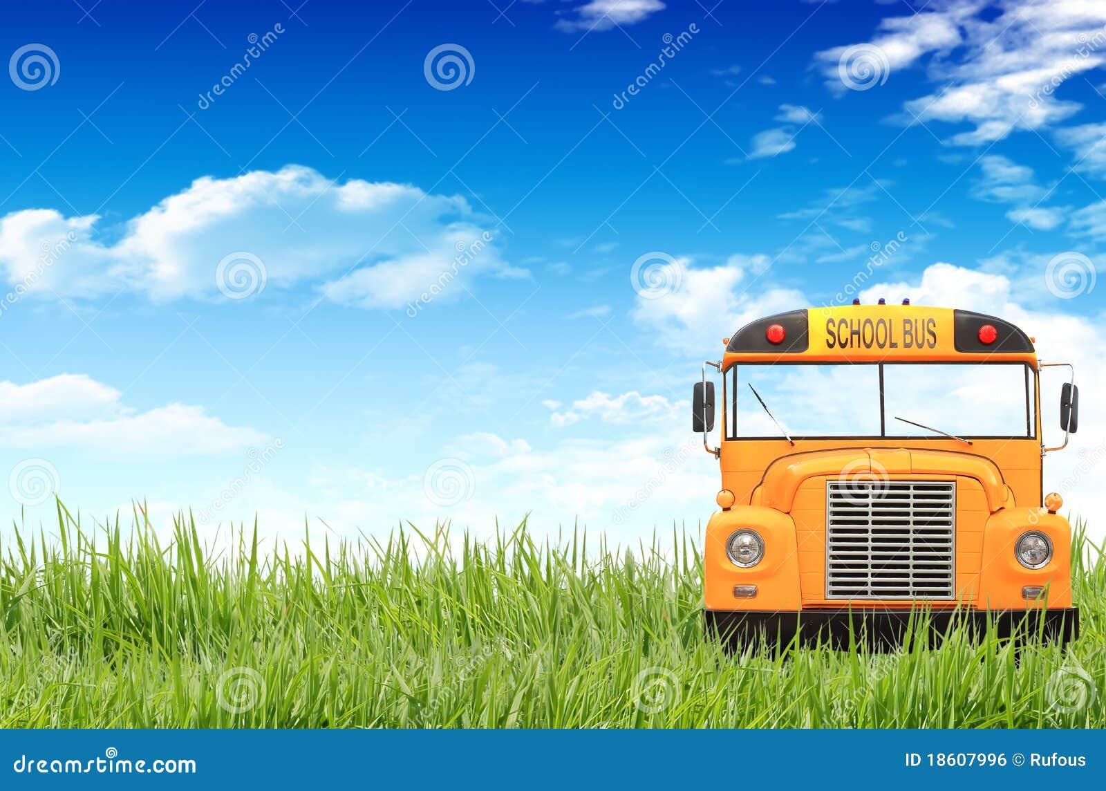 Hierba verde, cielo azul y el autobús escolar