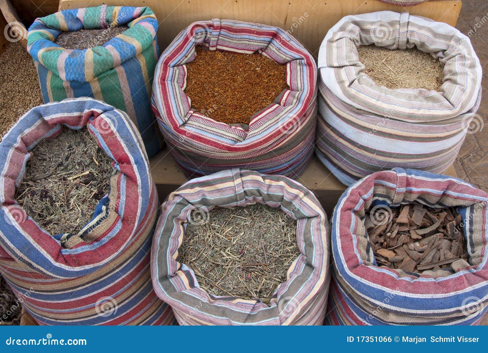 Hierbas y sección de las especias en un mercado de Egyptain