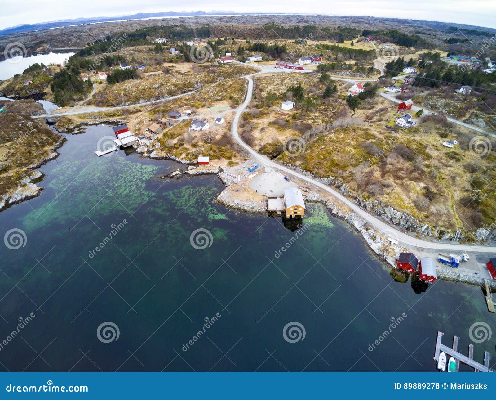 Hierboven vissend baai in de vroege lente, Noorse fjord van