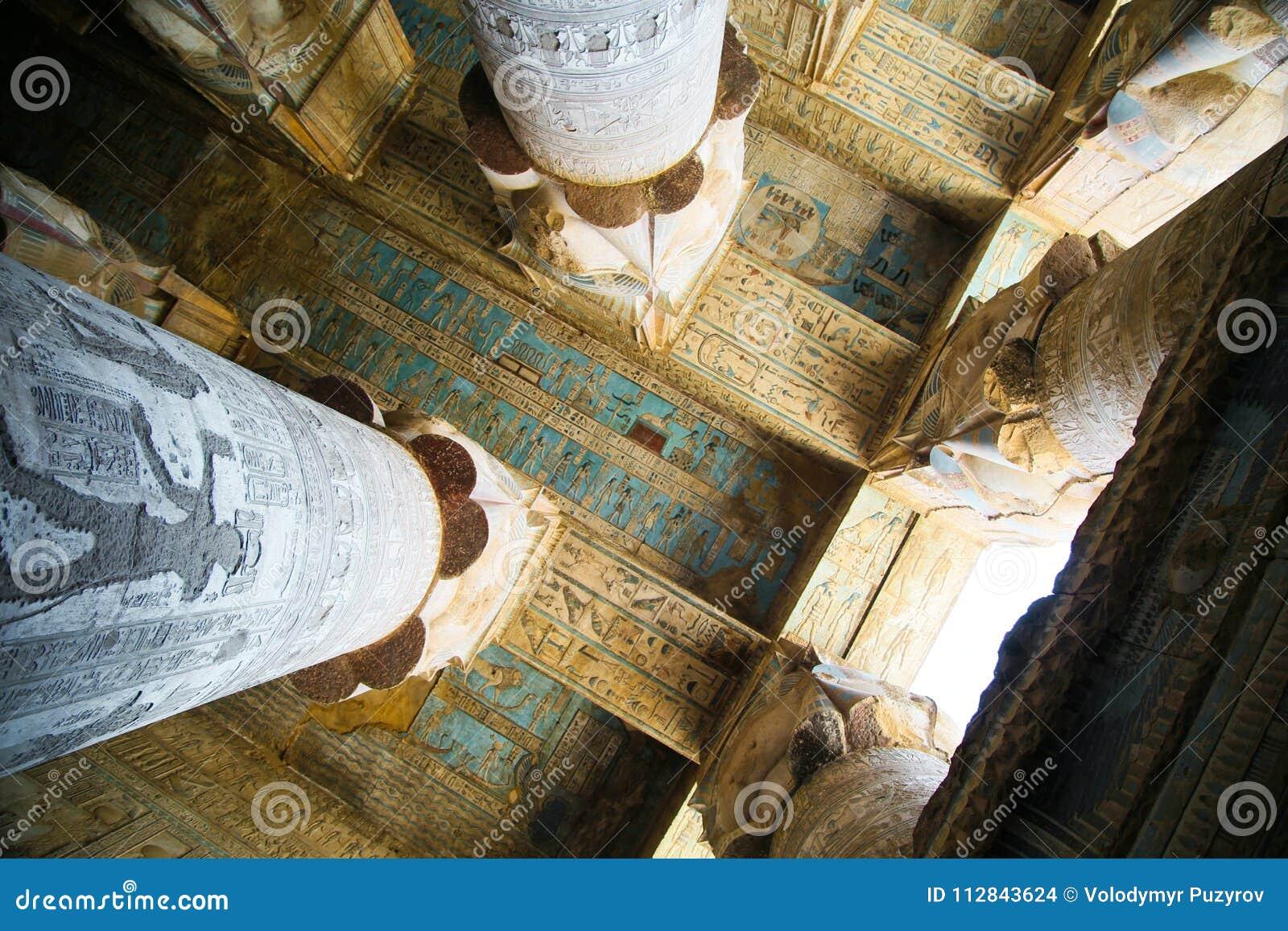 Hieroglyphen und Zeichnungen im Tempel von Hatshepsut