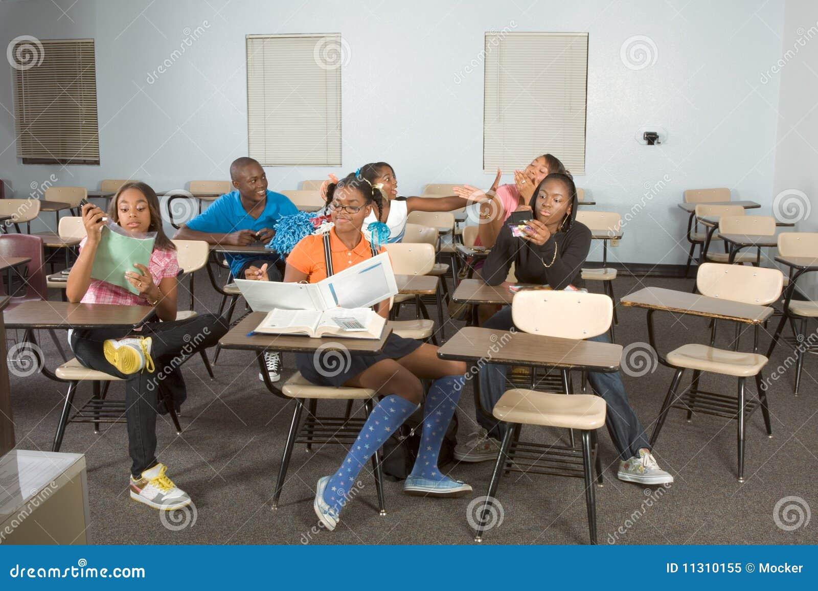 Highschool Kursteilnehmer, die in der Kategorie während des Bruches verwirren