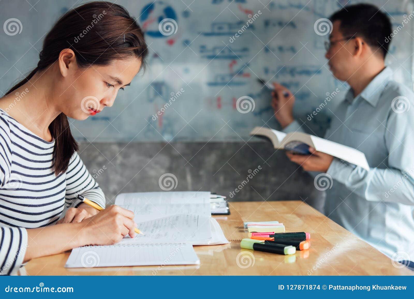Highschool oder aufholendes Arbeitsbuch der Studentgruppe und Le