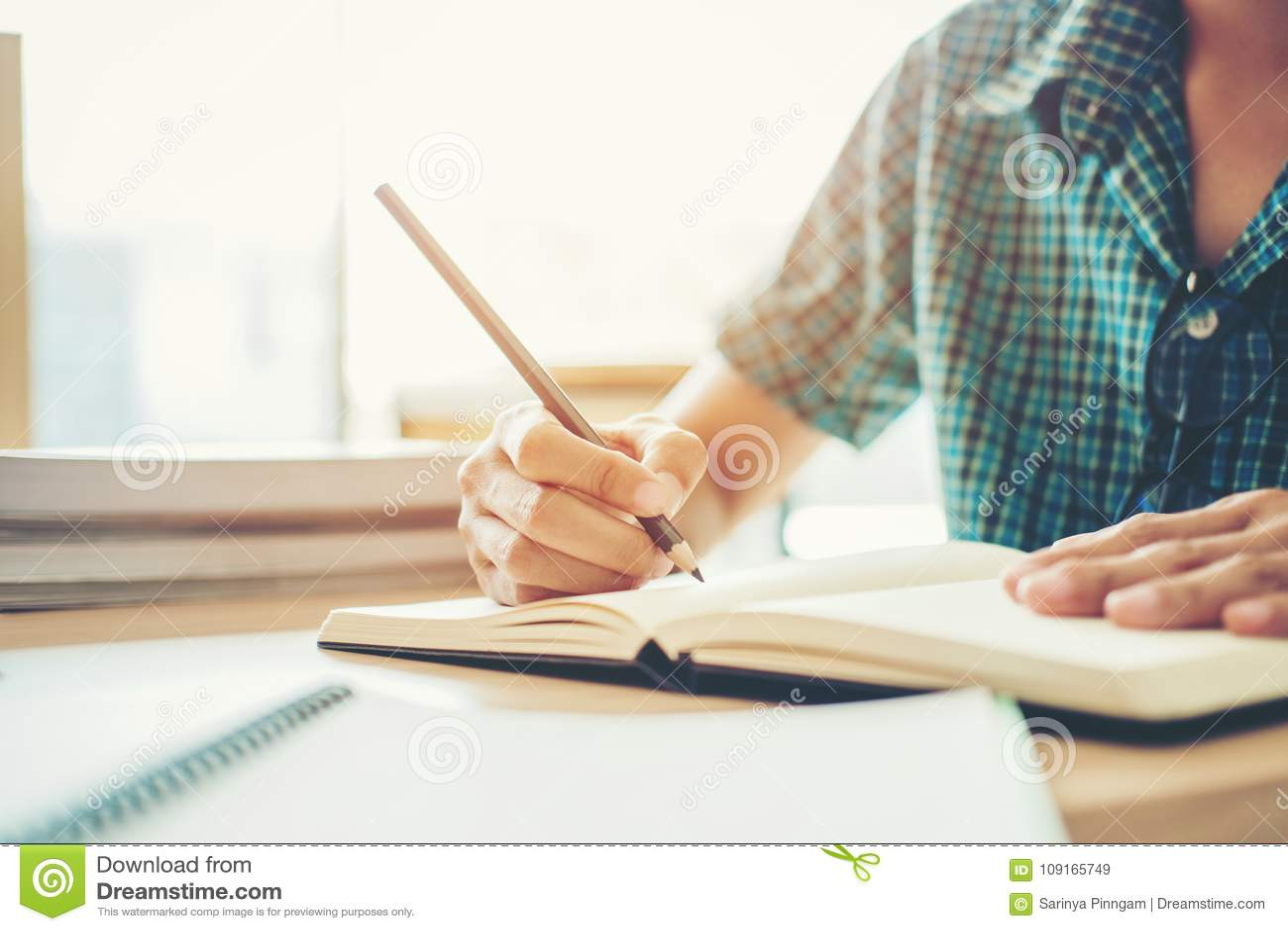 Highschool oder Student, der in der Bibliothek studiert und liest