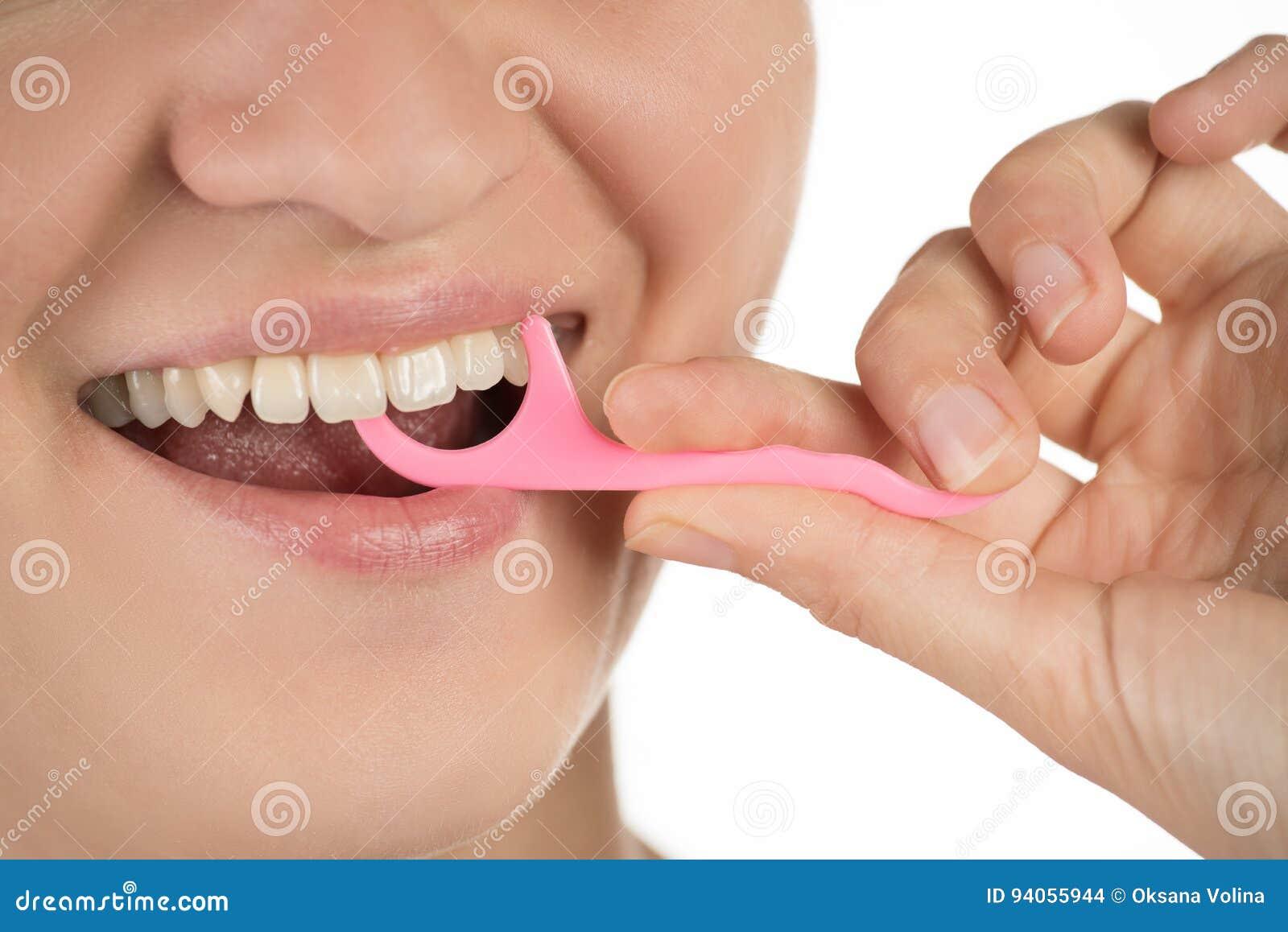 Higiena oralny zagłębienie Młoda dziewczyna czyści zęby z floss,