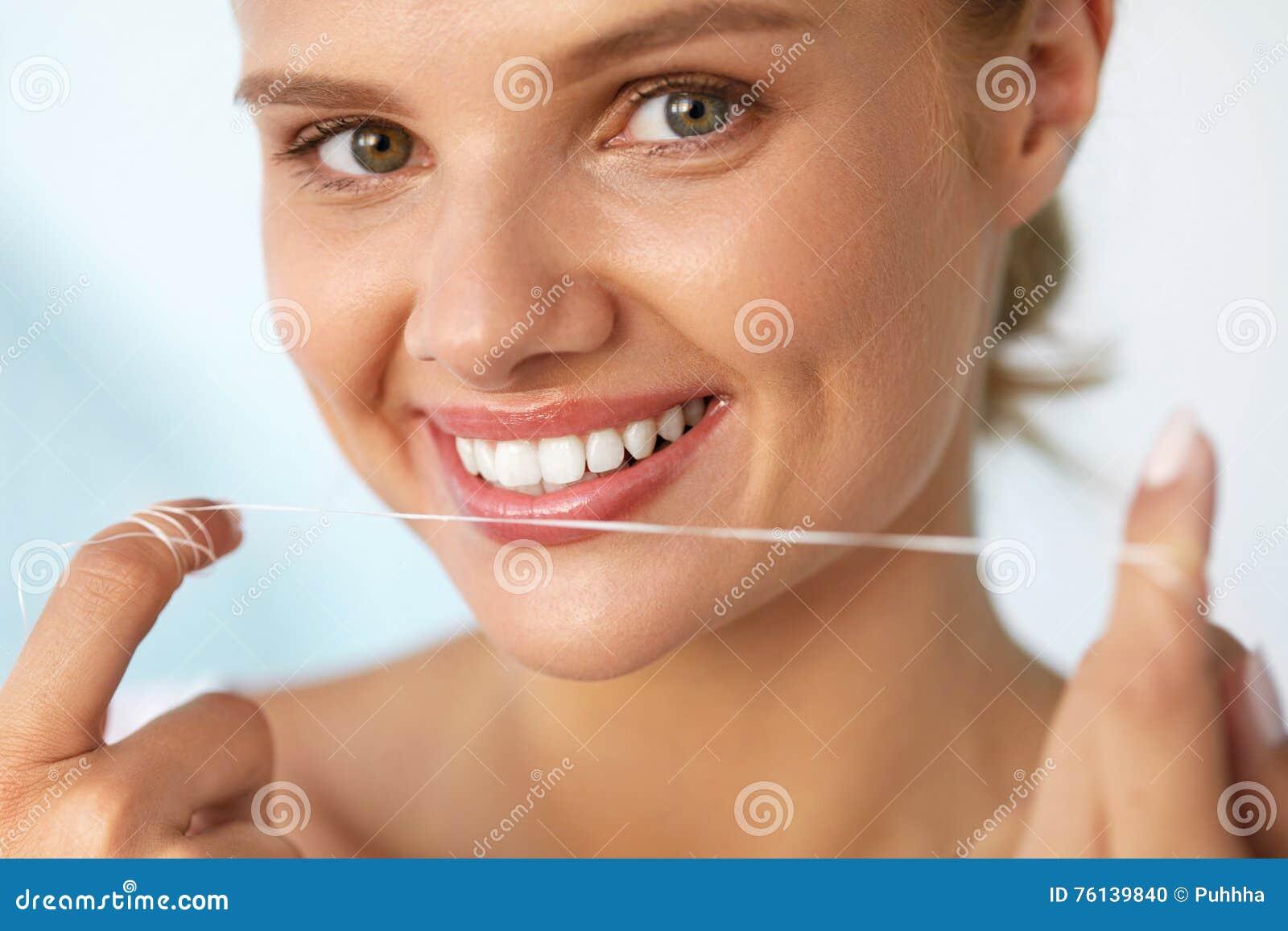 730acdaed Higiene dental Mulher bonita que Flossing os dentes brancos saudáveis
