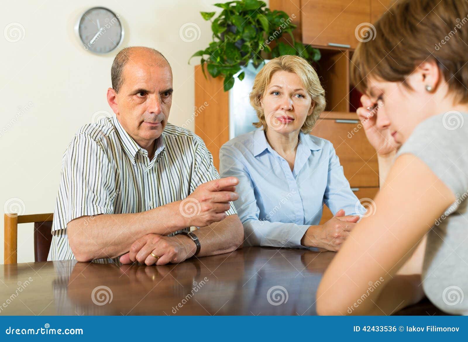 Hija adulta que habla con los padres